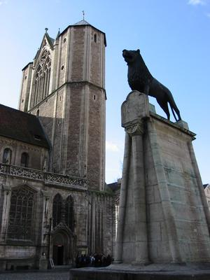 Brunswick Cathedral, St. Blasius, with lion statue Brunswick cathedral.JPG