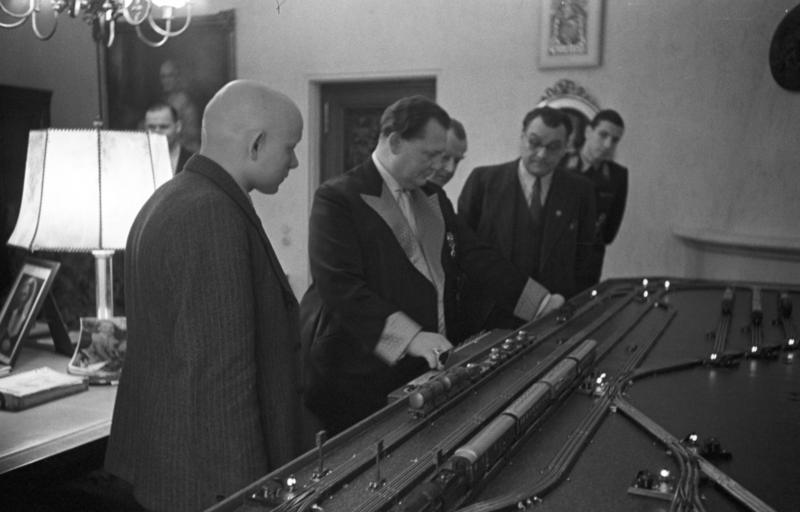 Lokomotiva na navijanje Bundesarchiv_Bild_146-1979-178-17,_Carinhall,_50._Geburtstag_Hermann_G%C3%B6ring