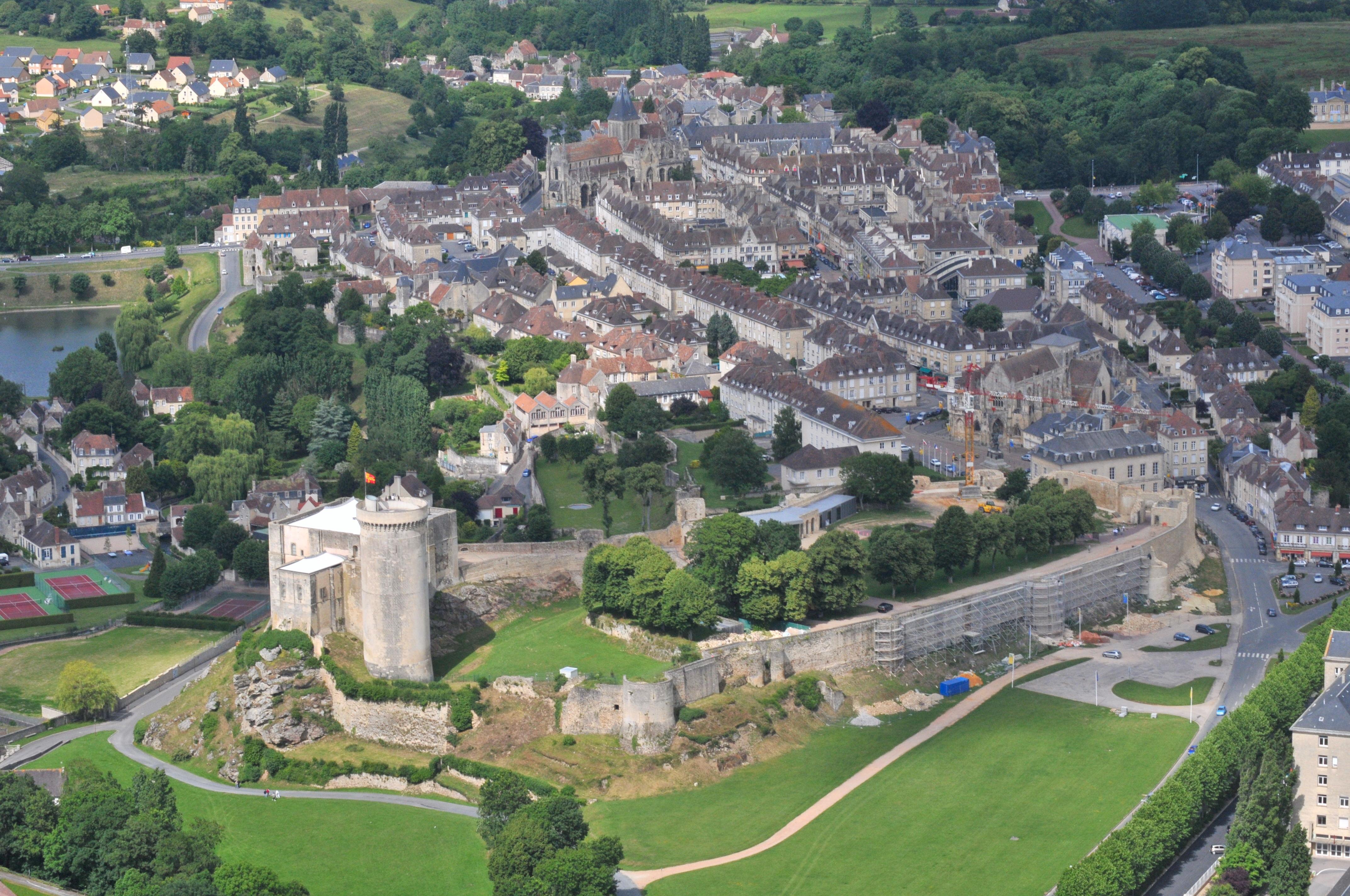 File chateau de falaise et centre jpg wikimedia commons for Piscine caen