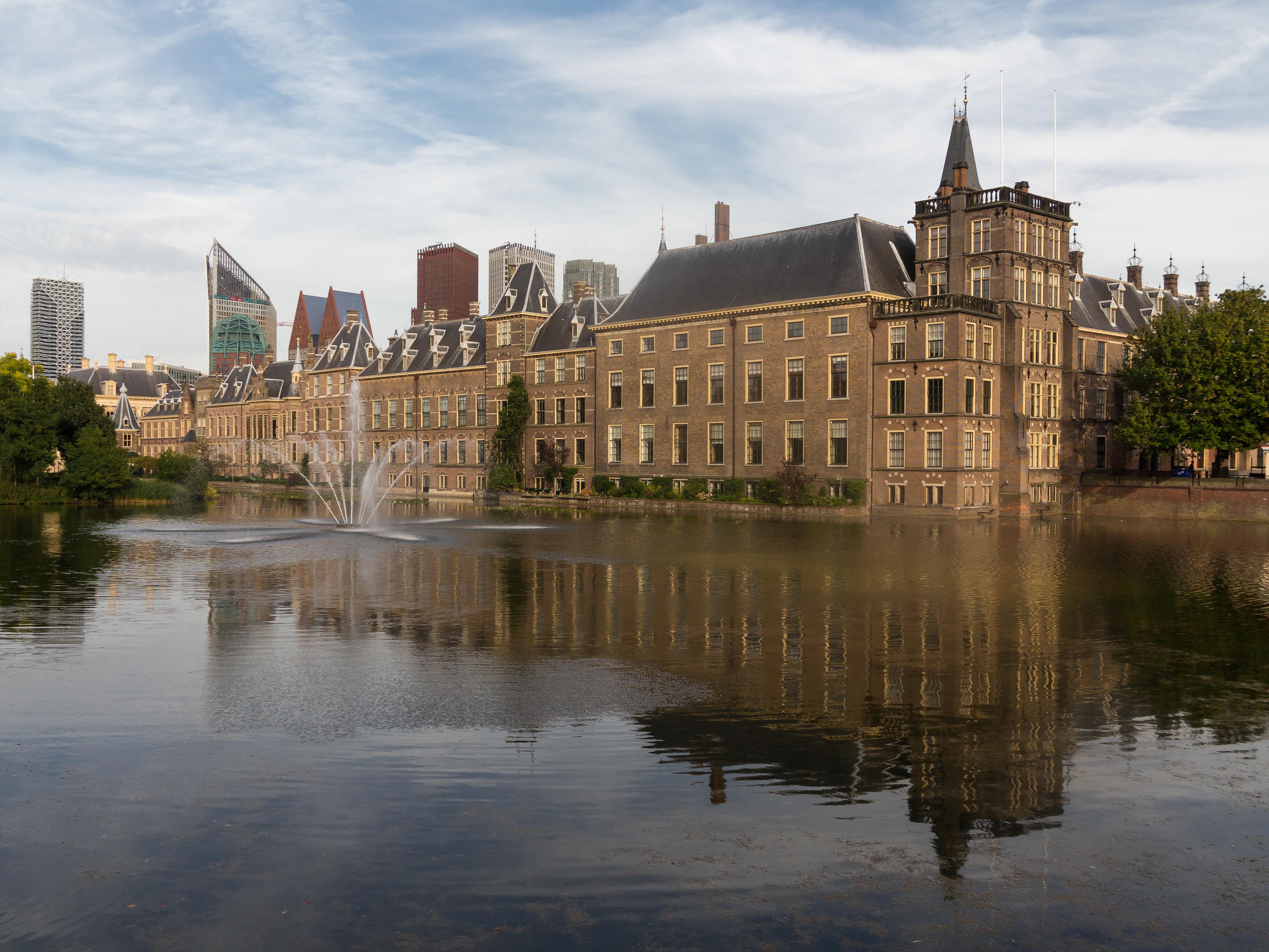 File Den Haag, het Binnenhof diverse RM met de Hofvijver op de voorgrond foto8 2015 08 05 18 56