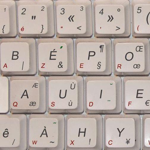 Photo des premières touches d'un clavier en disposition bépo. On voit les touches B É P O sur la première ligne, puis A, U, I, E sur la suivante