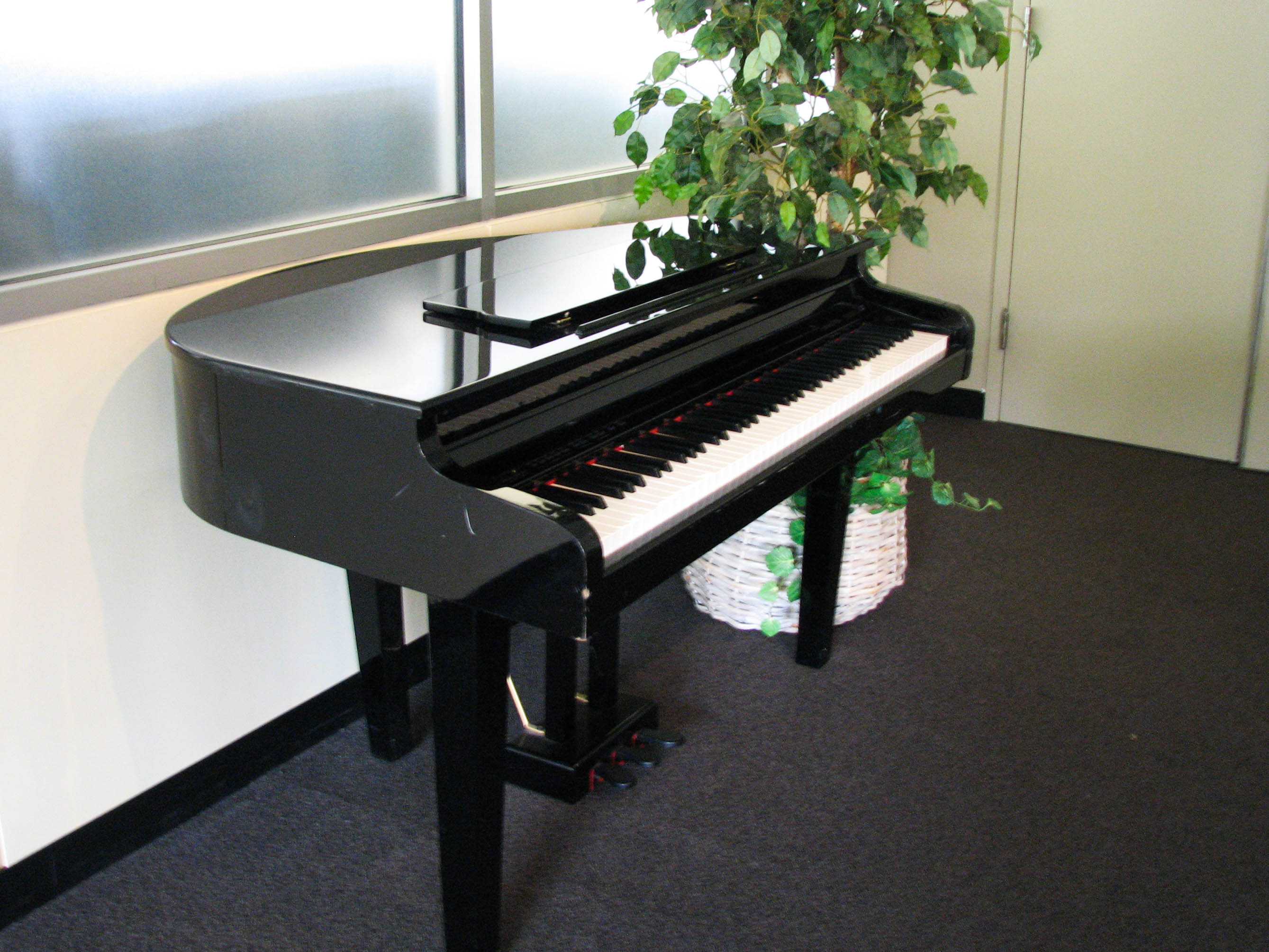 File electronic baby grand piano wikimedia for Dimensions of baby grand piano