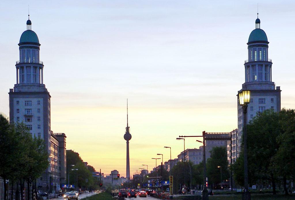 Frankfurter Tor Berlin abends.jpg