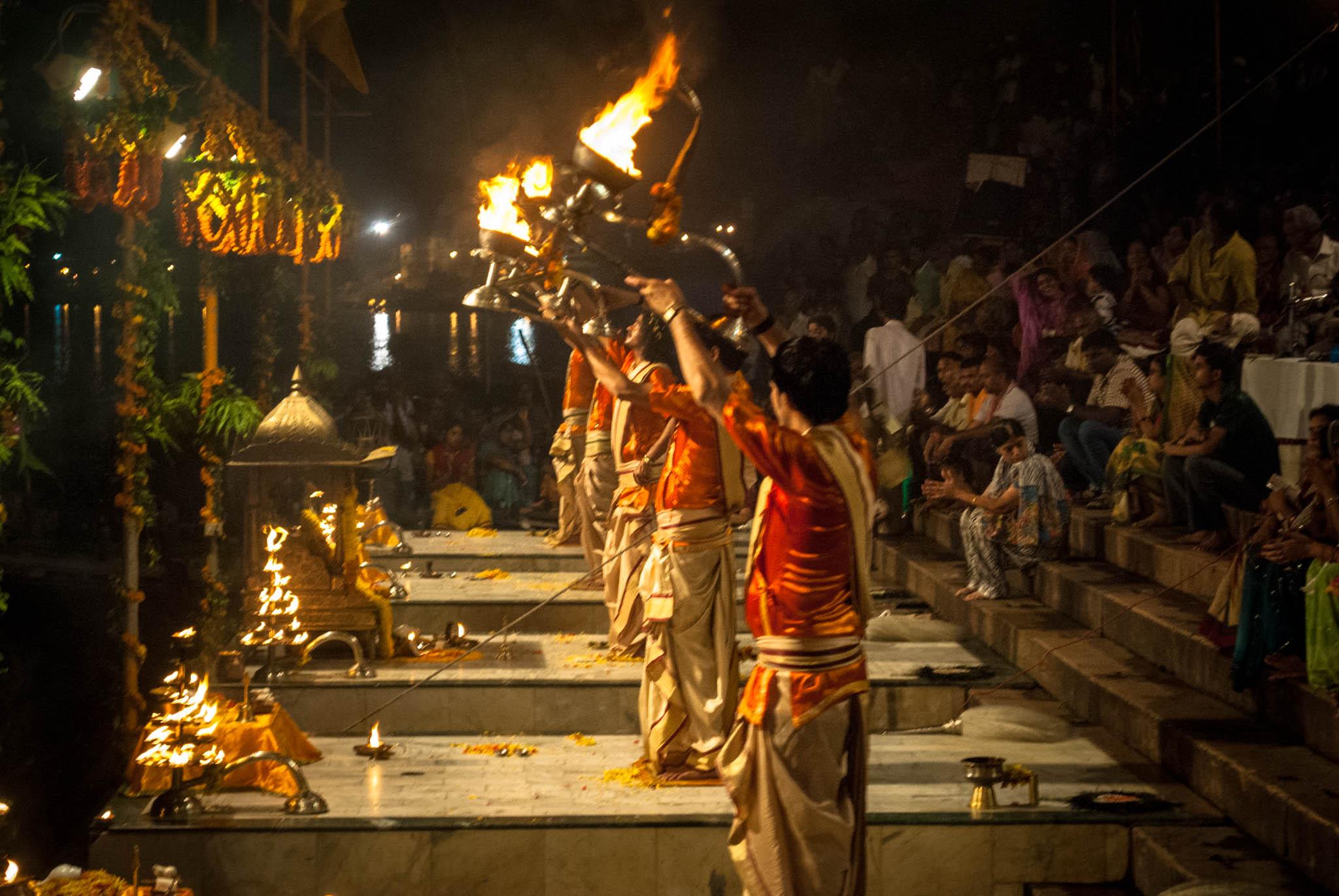 File:Ganga Aarti in evening at Dashashwamedh ghat, Varanasi 5.jpg - Wikimedia Commons