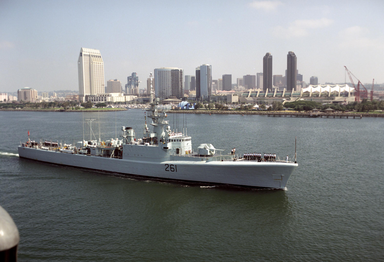 HMCS_Mackenzie_%28DDE_261%29_at_San_Dieg