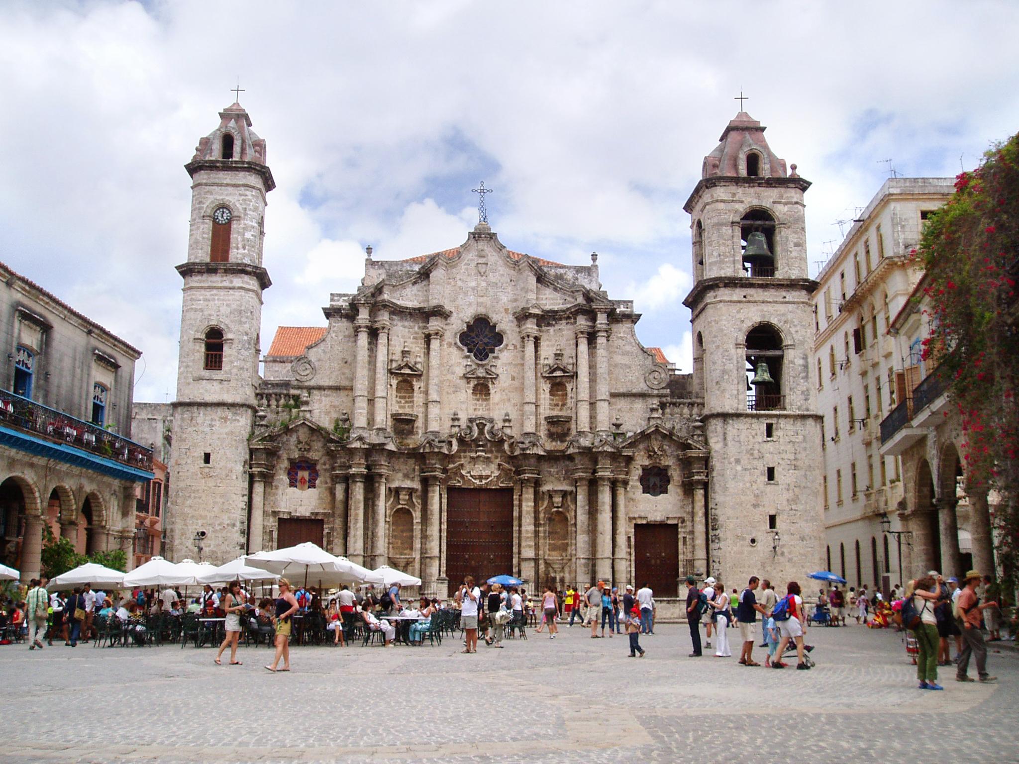 Fotografije glavnih gradova sveta - Page 2 Havana_Cathedral