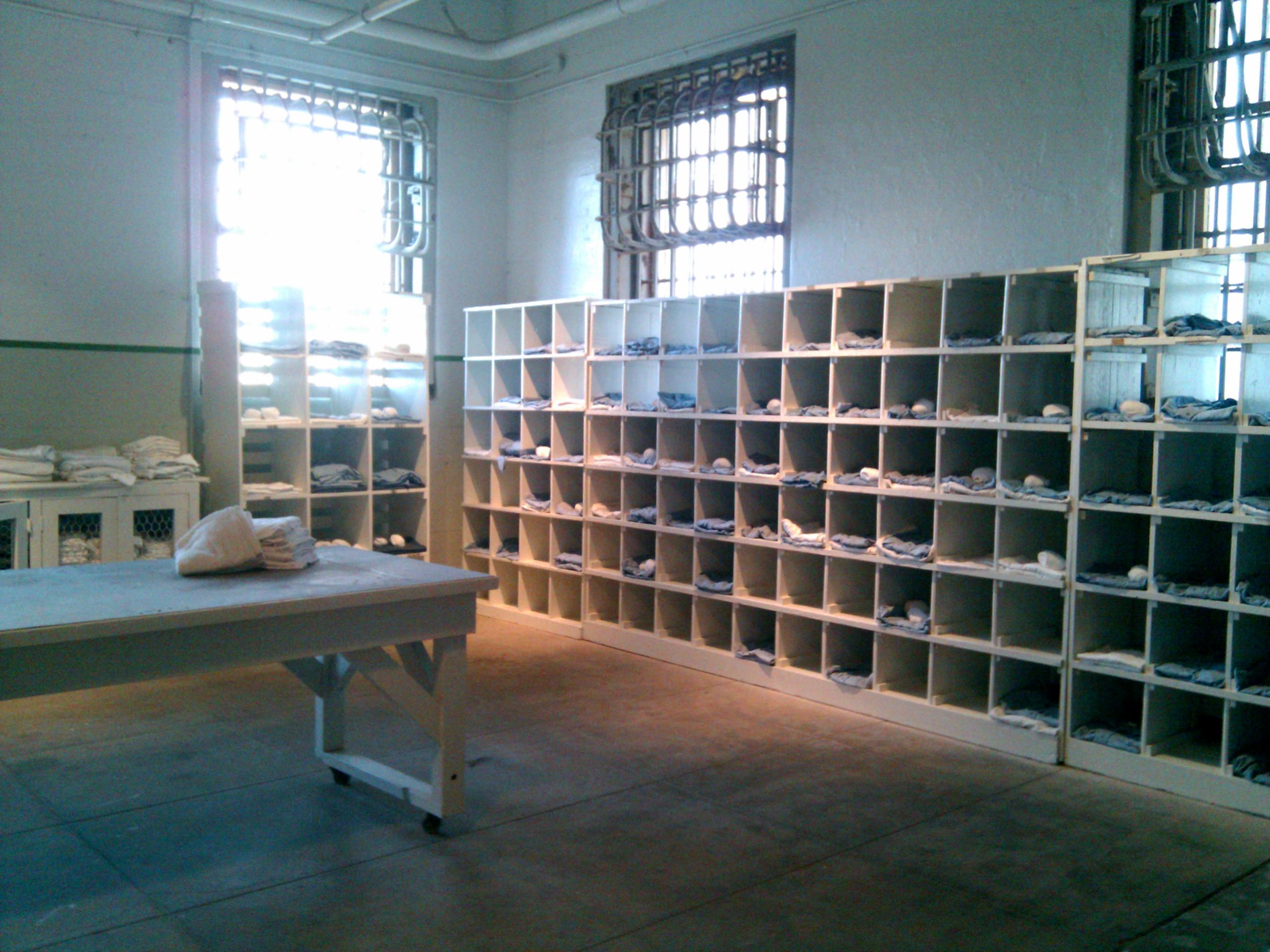File inside alcatraz 4594213265 jpg wikimedia commons for Pictures inside