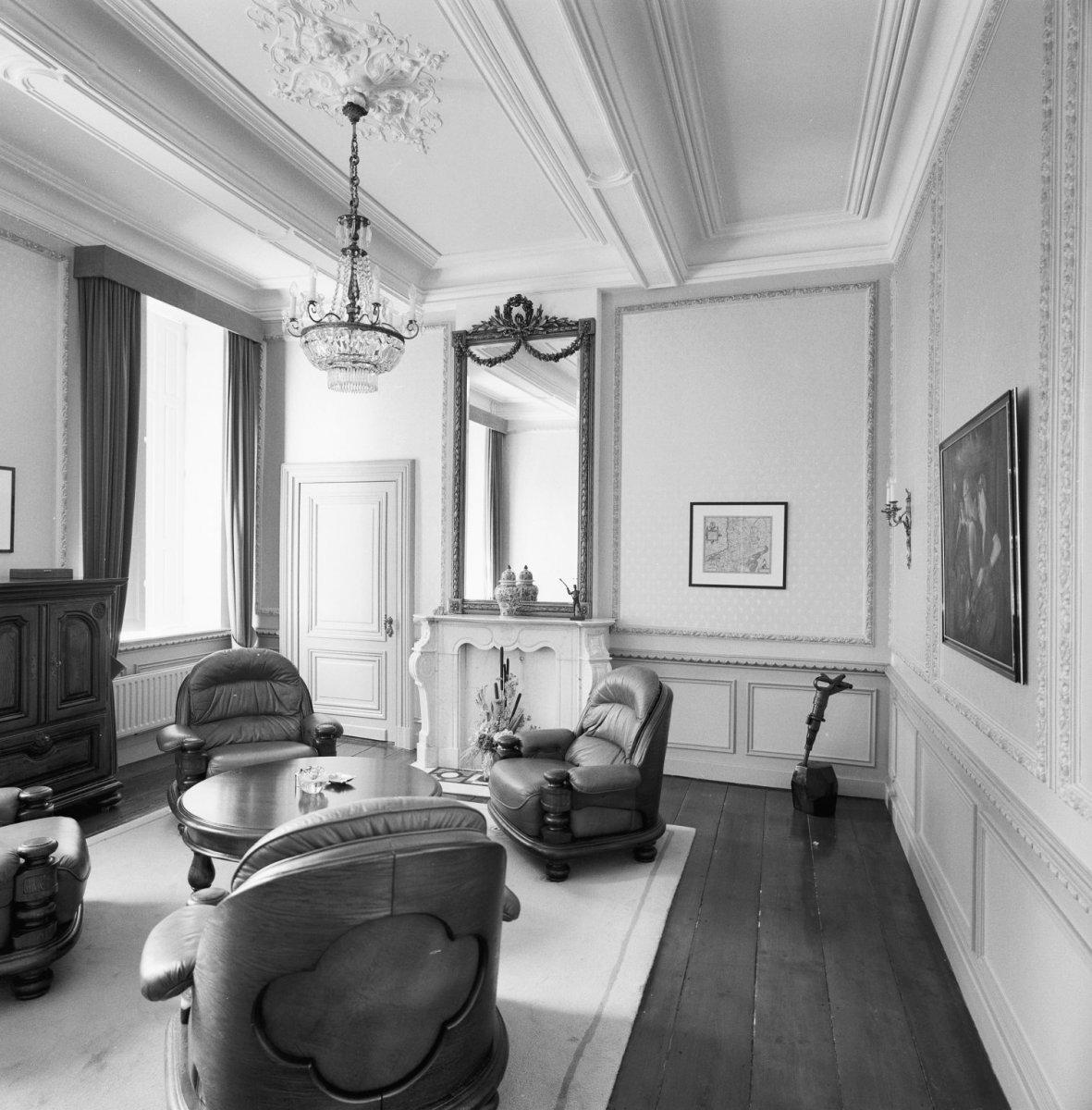 File interieur kamer met schouw op de eerste verdieping for Spiegel boven dressoir
