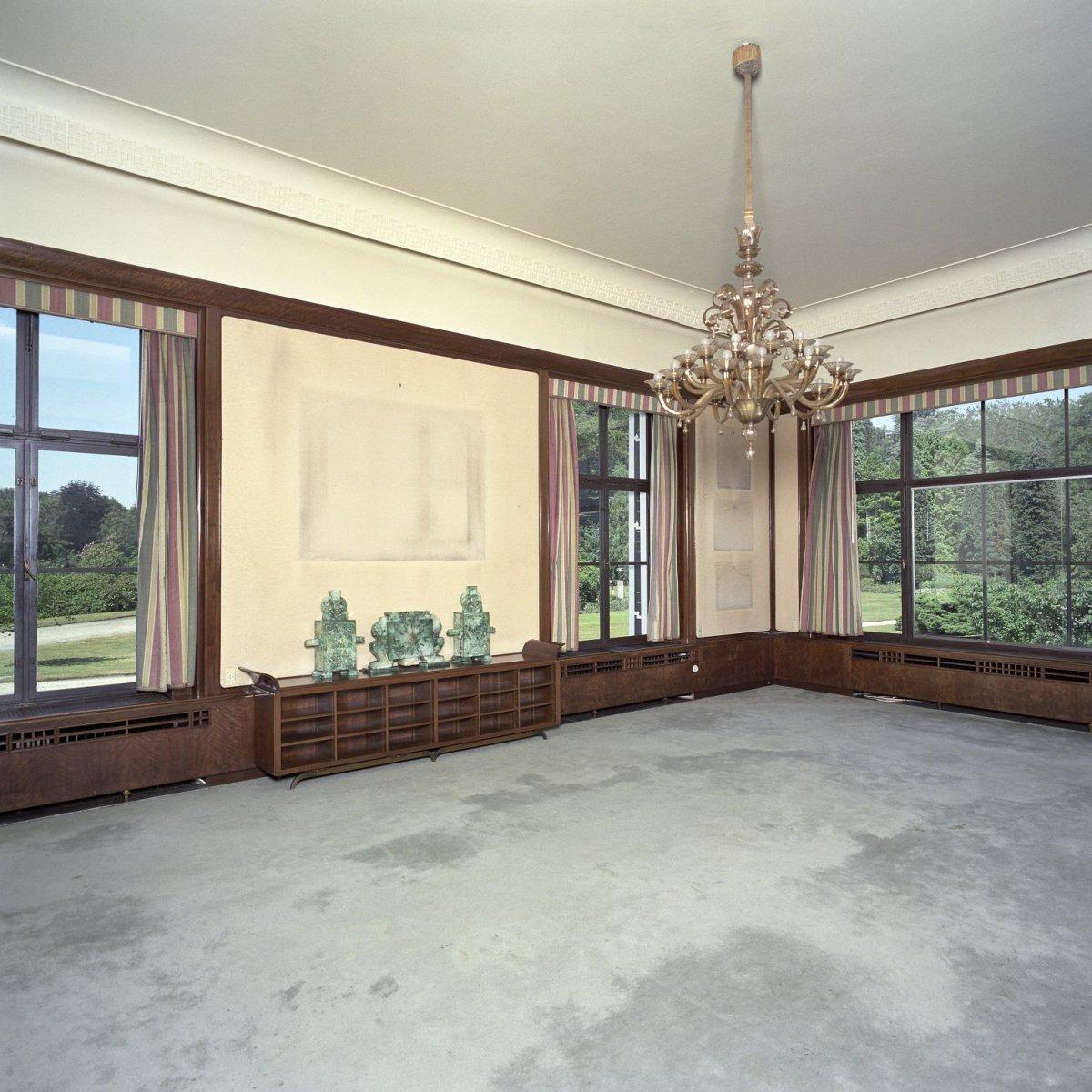 Interieur, overzicht van de lege bibliotheek annex woonkamer met ...