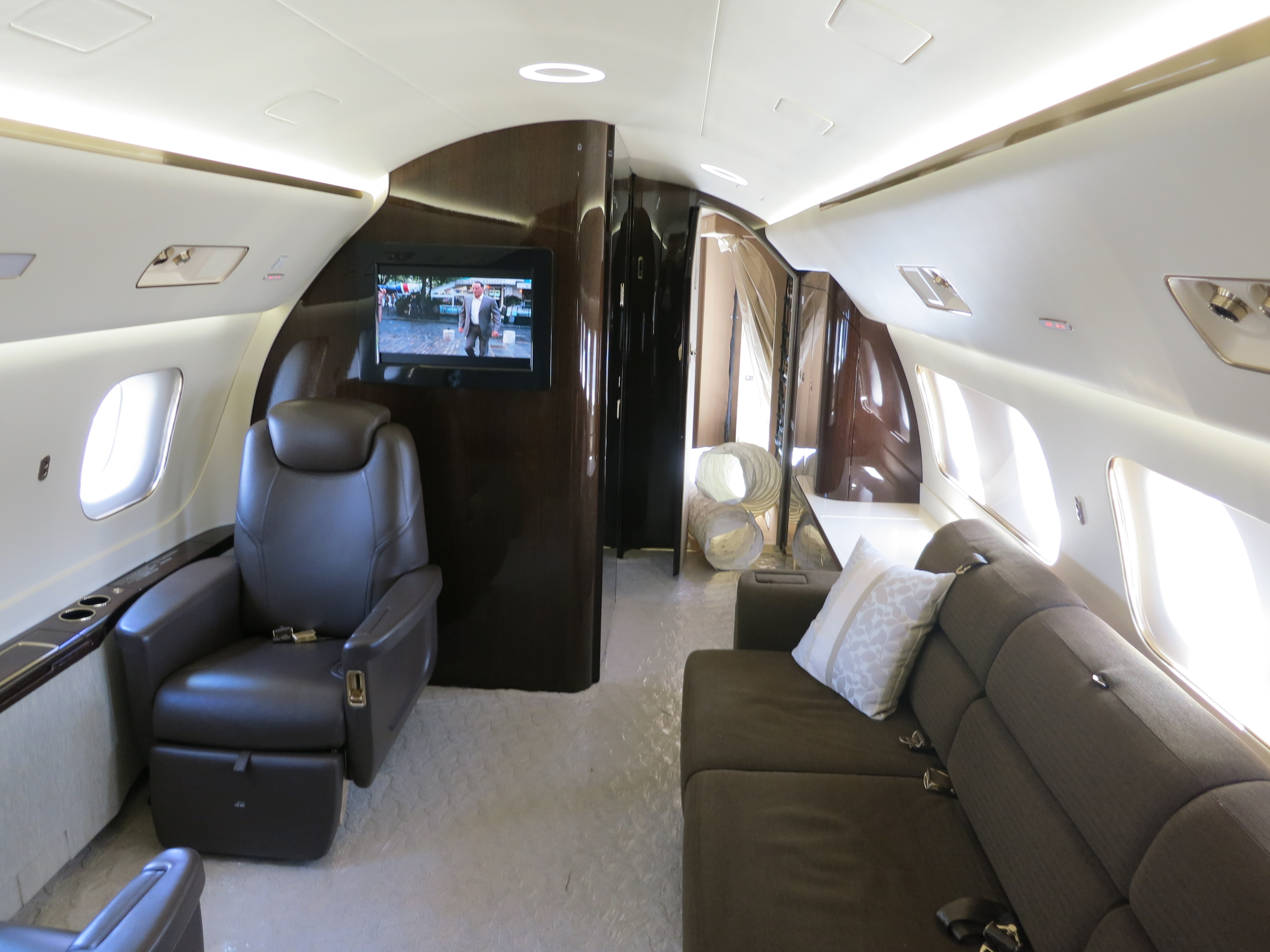 Description Interior of Embraer Lineage 1000 Aft Cabin.JPG: commons.wikimedia.org/wiki/File:Interior_of_Embraer_Lineage_1000...