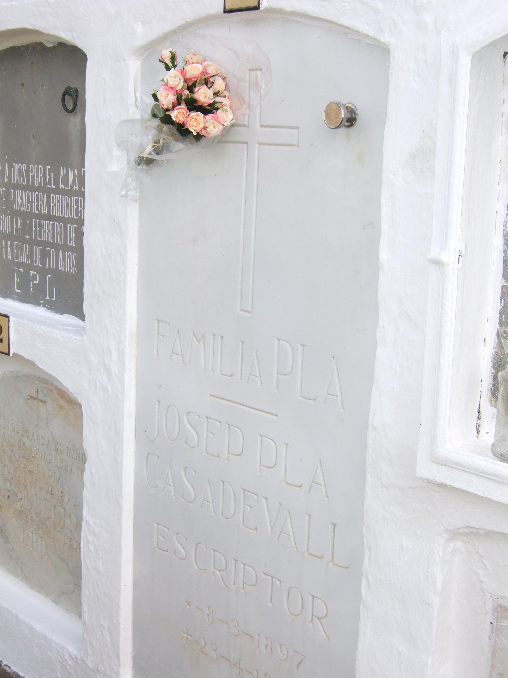 Tumba de Pla en el cementerio de Llufríu.