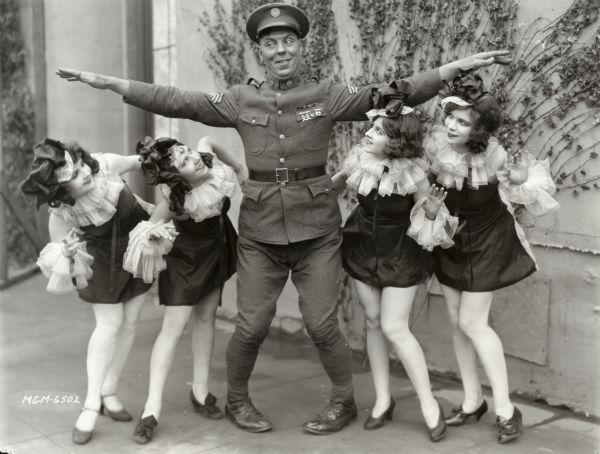 File:Karl Dane chorus girls 1927.jpg