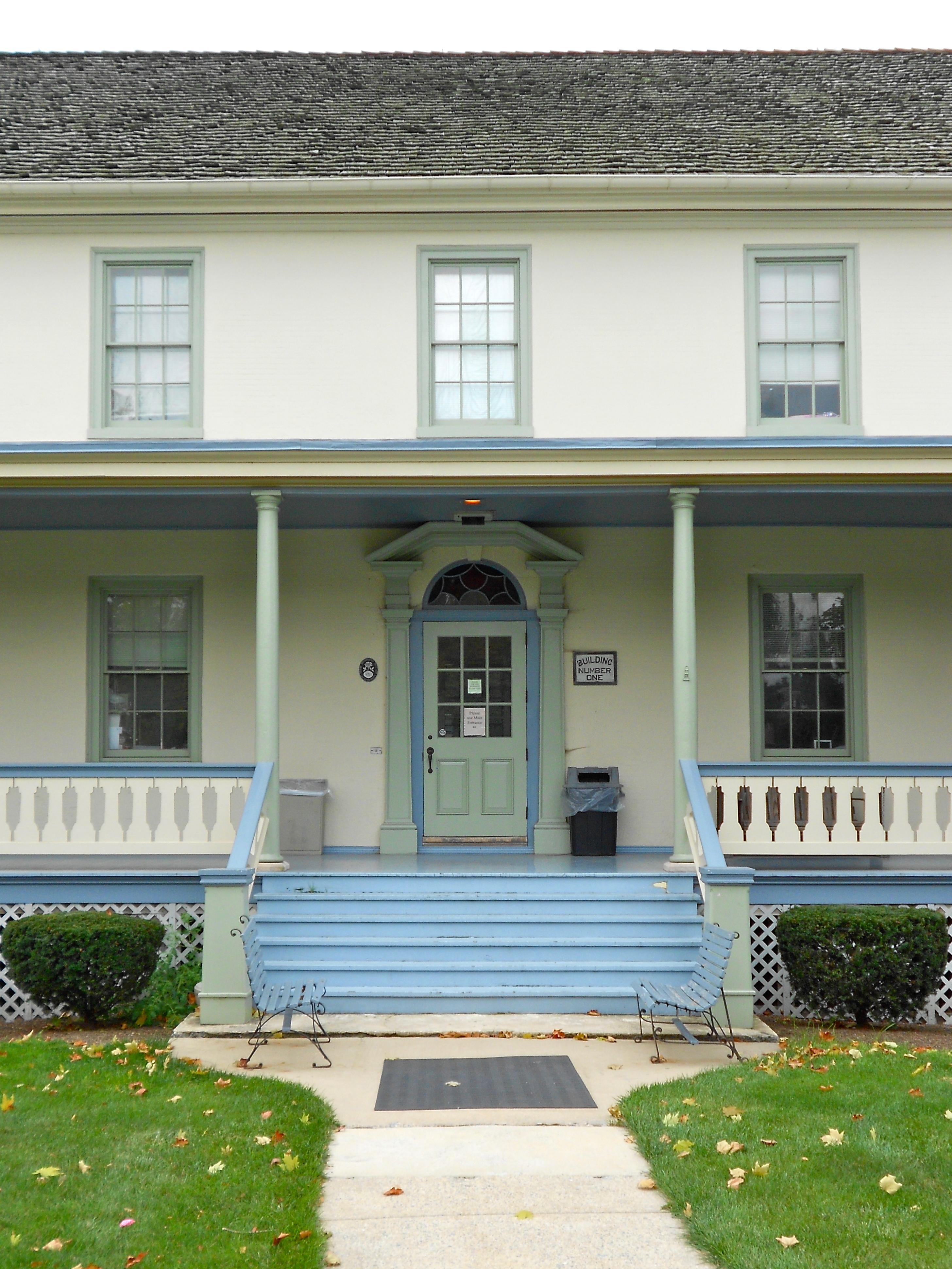 File lanco house of e front door jpg wikimedia commons for Door in front of front door