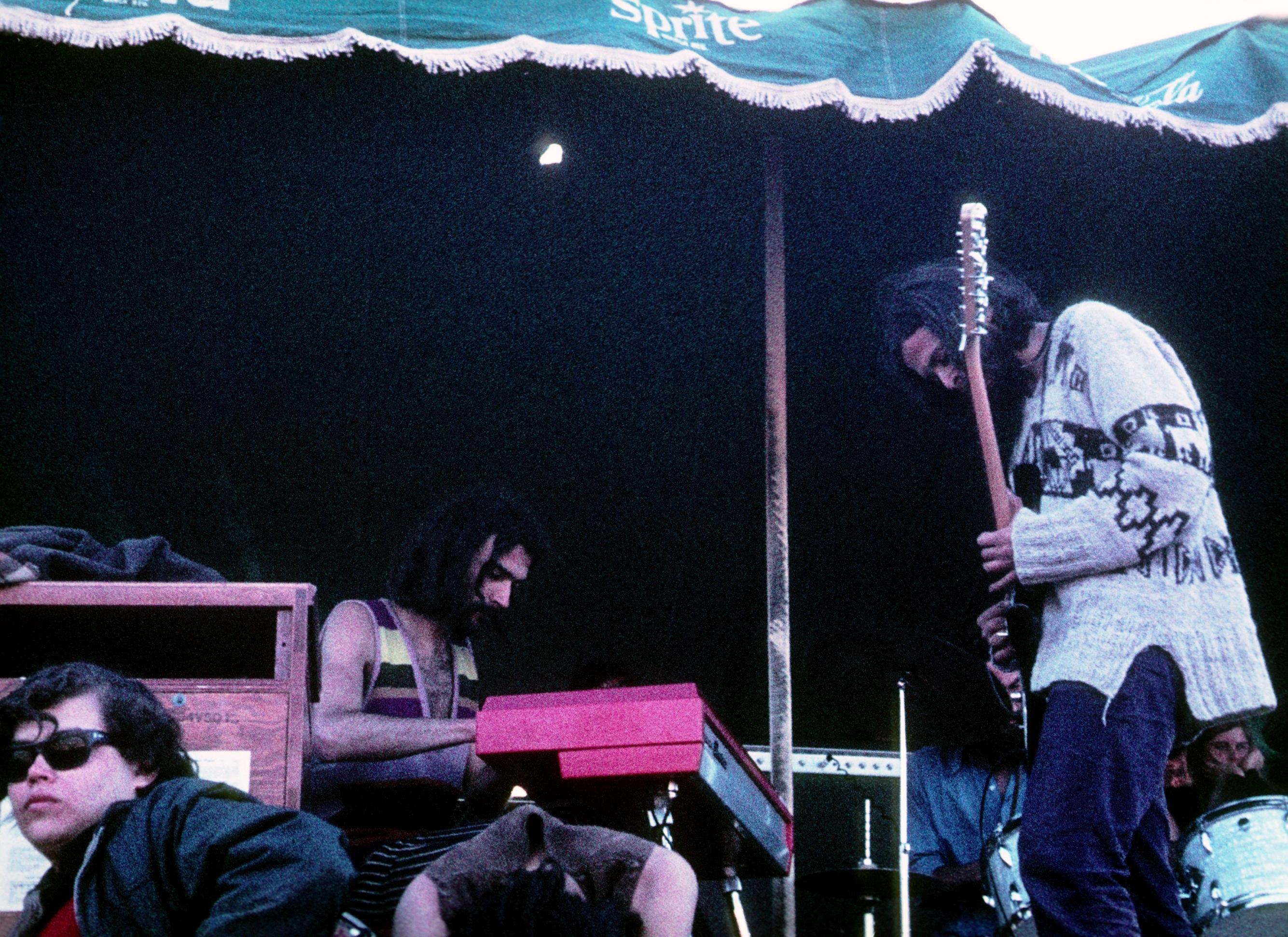 Los Jaivas durante su actuación en el Festival de Piedra Roja (1970).