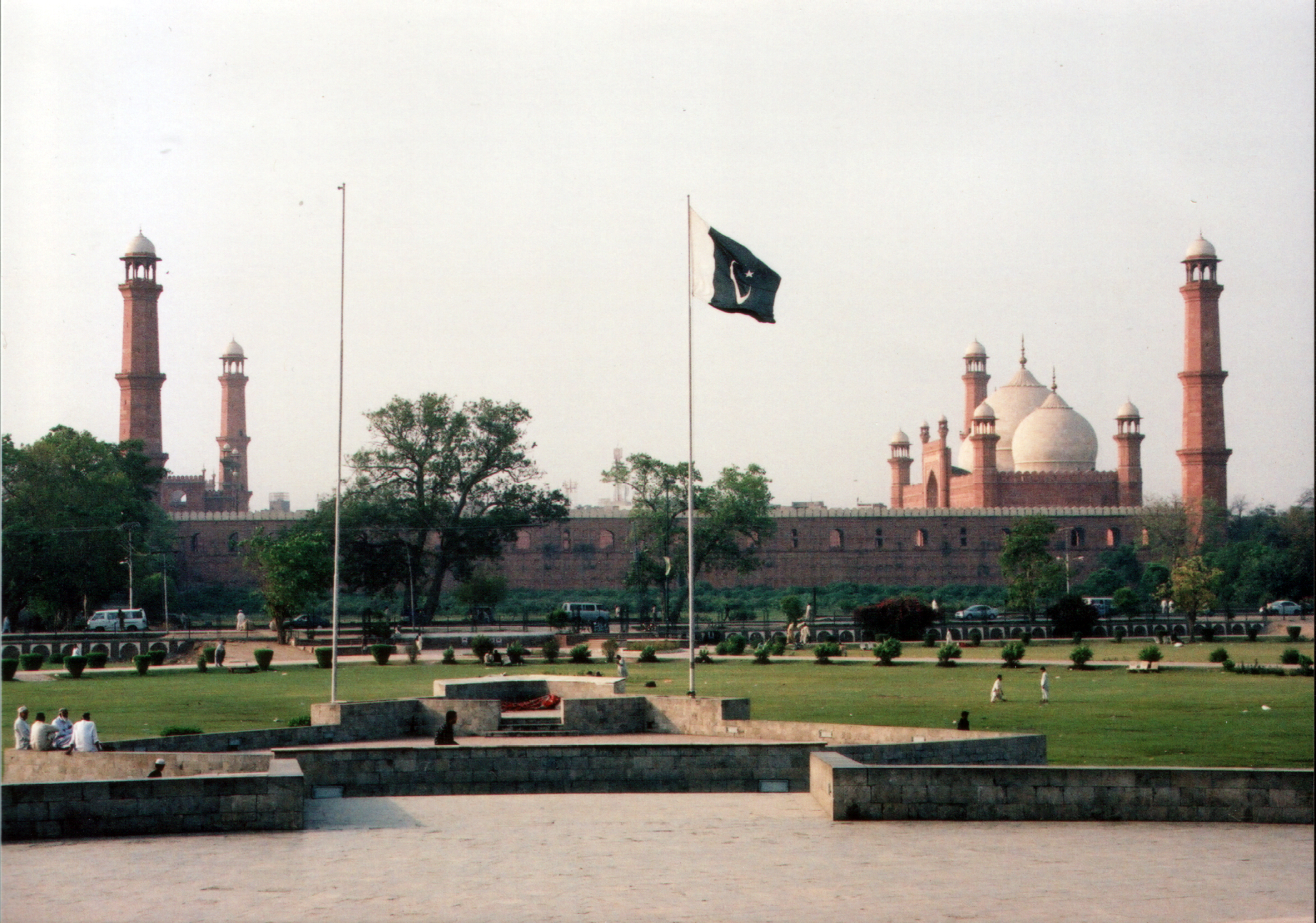 badshahi masjid view from iqbal park