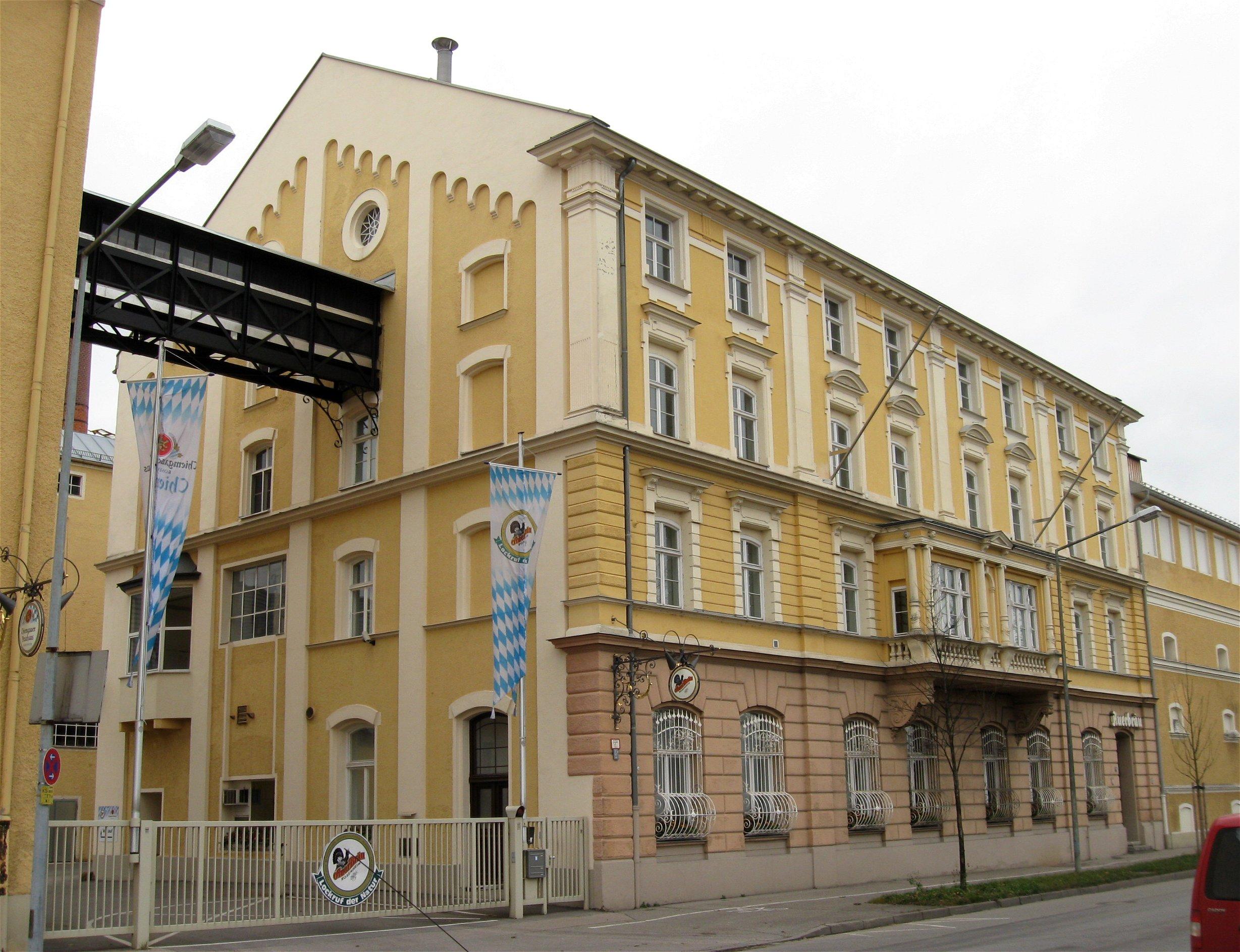 https://upload.wikimedia.org/wikipedia/commons/6/6b/Muenchener_Str._80-82_Auerbraeu_Rosenheim-1.jpg