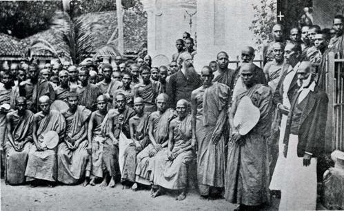 Полковник Олкотт с буддийскими монахами (Коломбо, 1883)