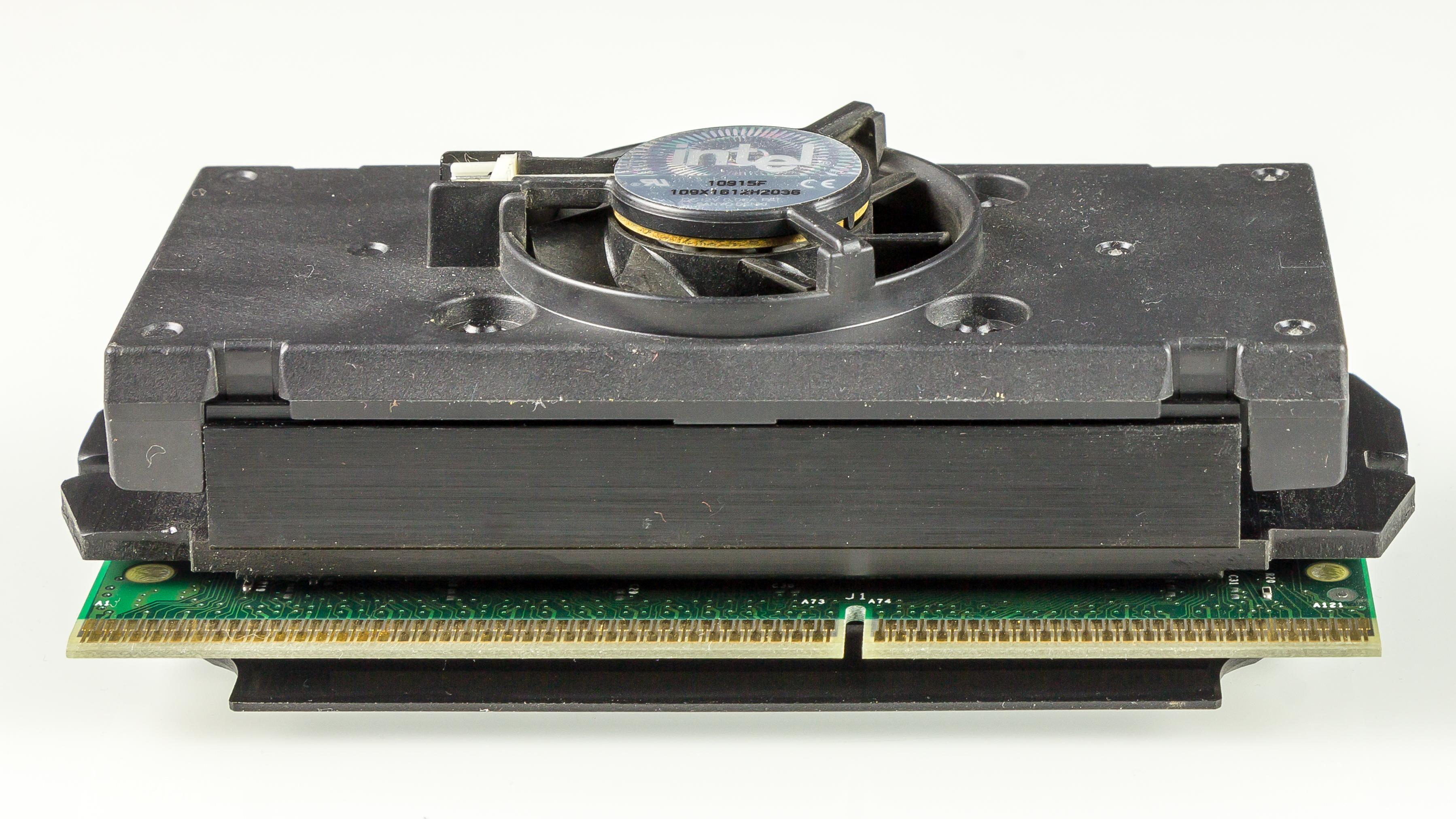 Pentium_III_-_SL3ND_-_Slot_1-8547.jpg