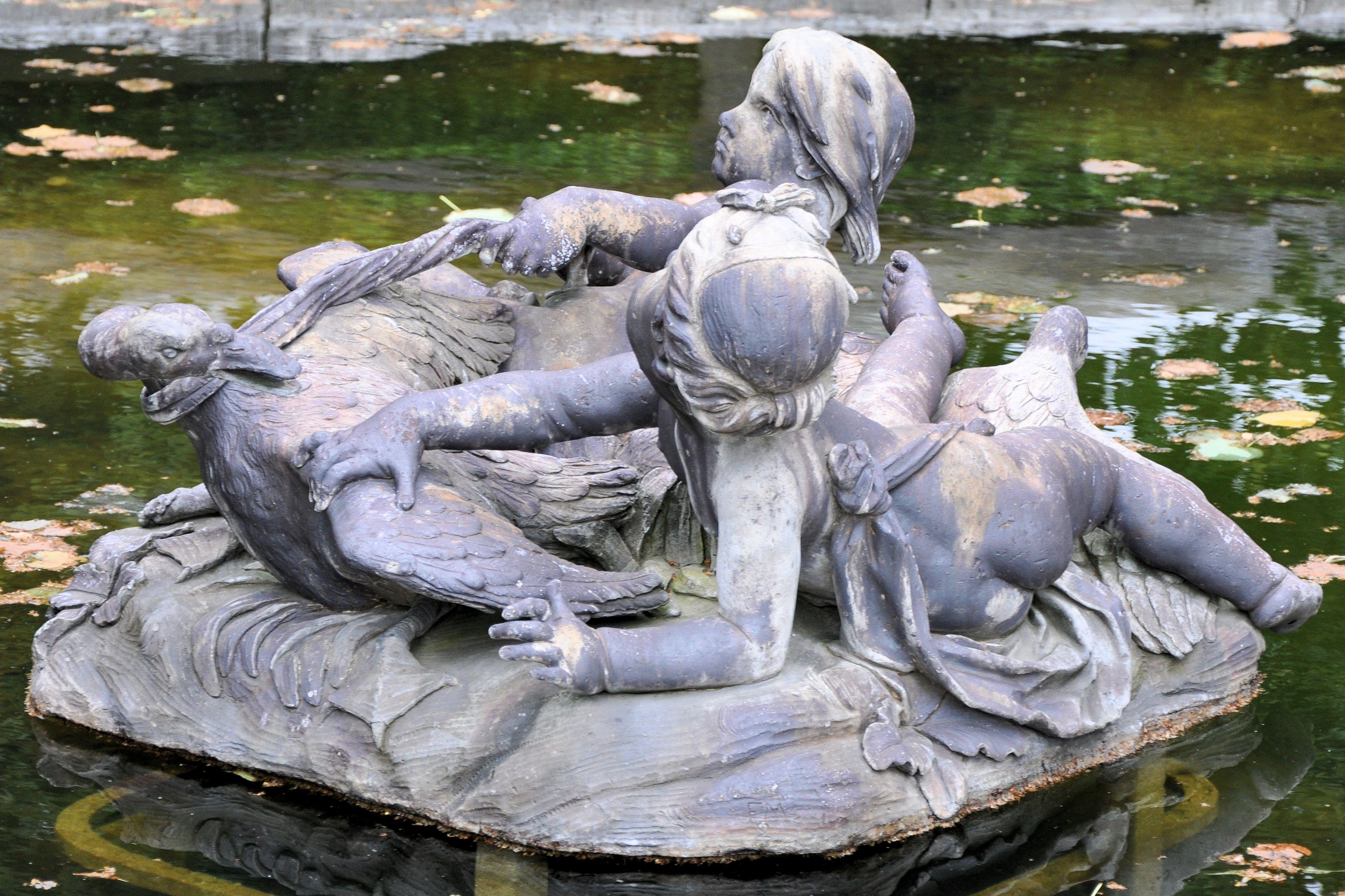 File petit trianon groupe d 39 enfants d 39 un bassin du for Jardin francais