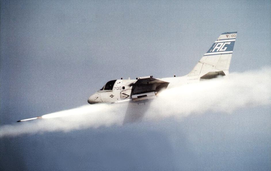 S-3B_Viking_of_VS-31_firing_Zuni_rockets