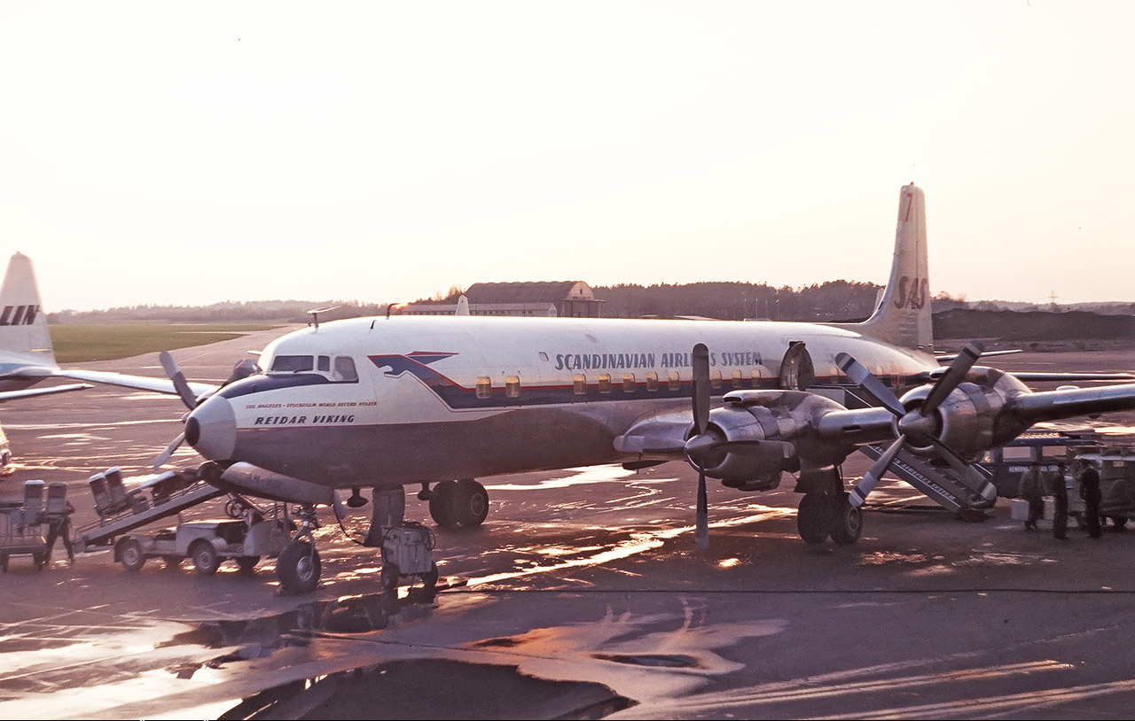 a description of the background of scandinavian airlines system sas United airlines dc-10 | file:united airlines dc-10-30.