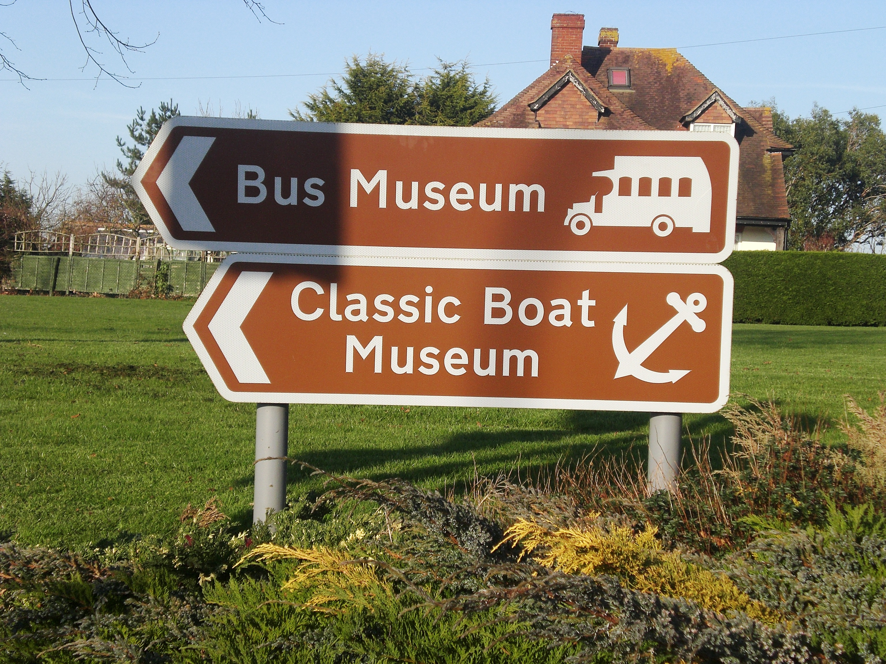File:Sign for the Isle of Wight Bus Museum.JPG