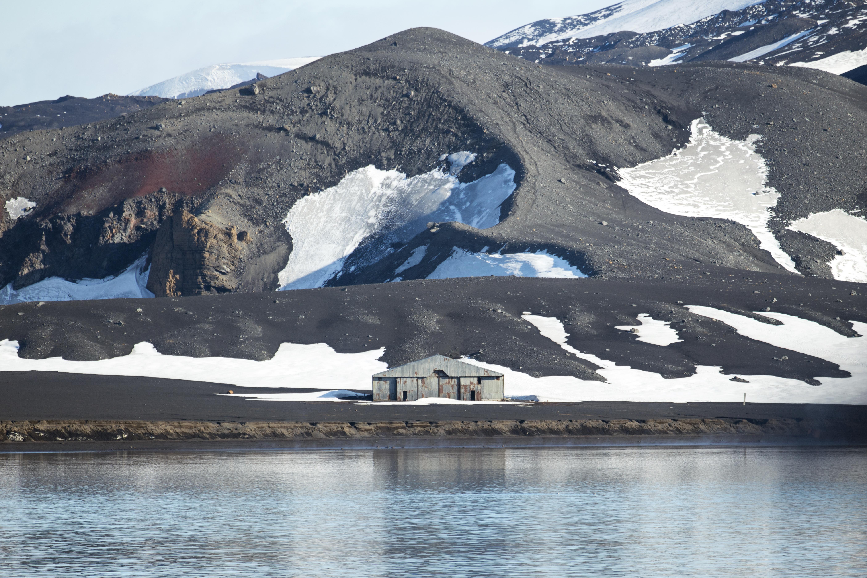 Resti di un hangar - Deception Island, Isole Shetland meridionali ©wikipedia