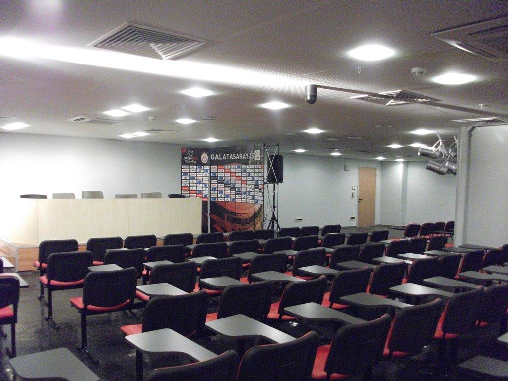 File:Türk Telekom Arena Press Room.jpg - Wikimedia Commons