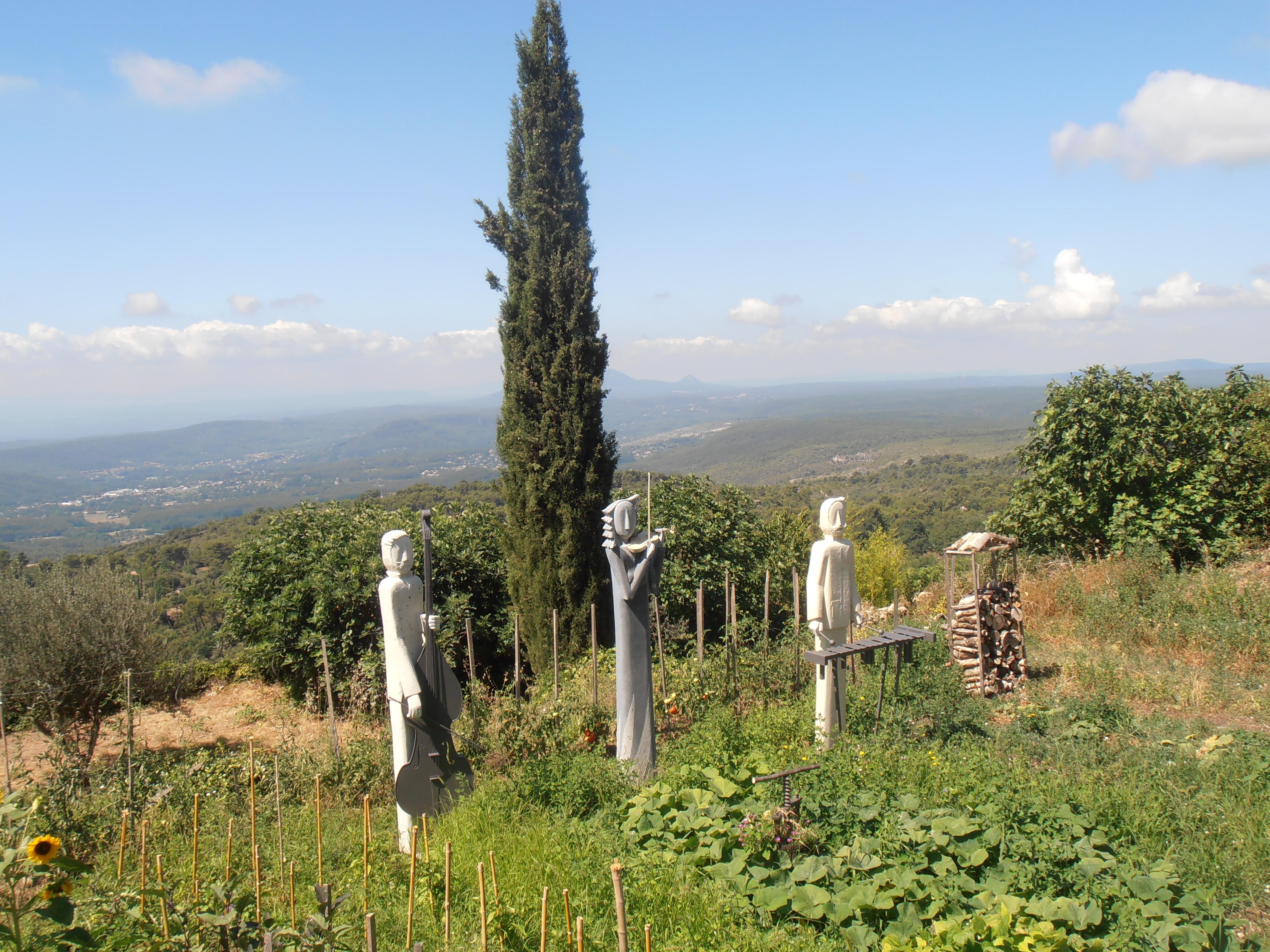 File Tourtour statues dans jardin potager JPG Wikimedia mons