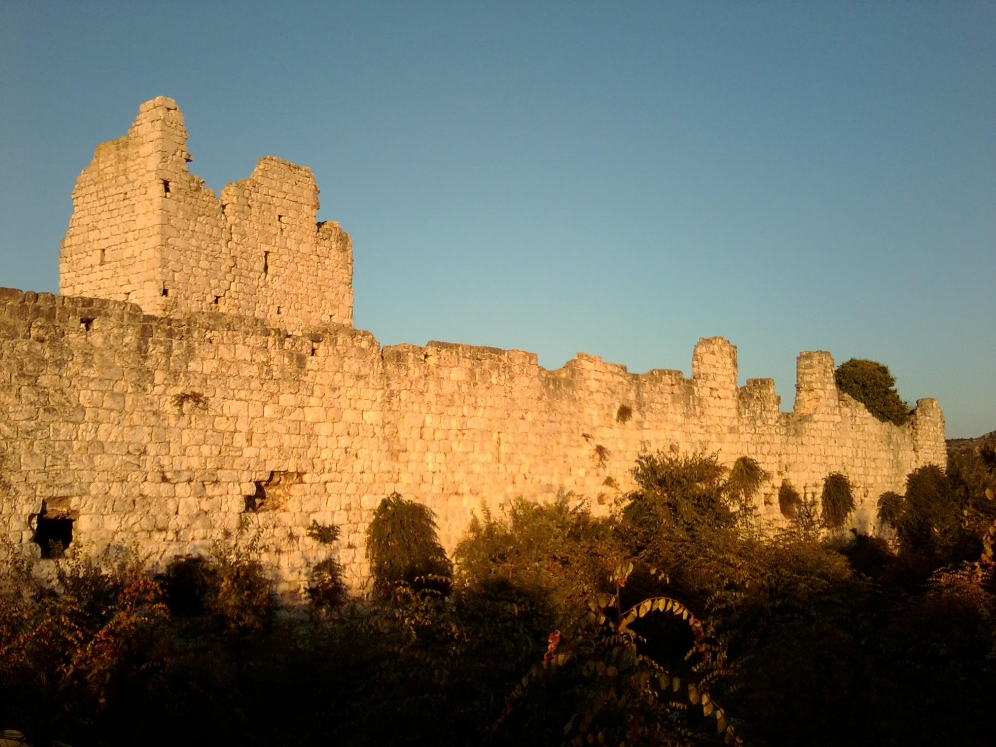 Vrána várának falai és tornya