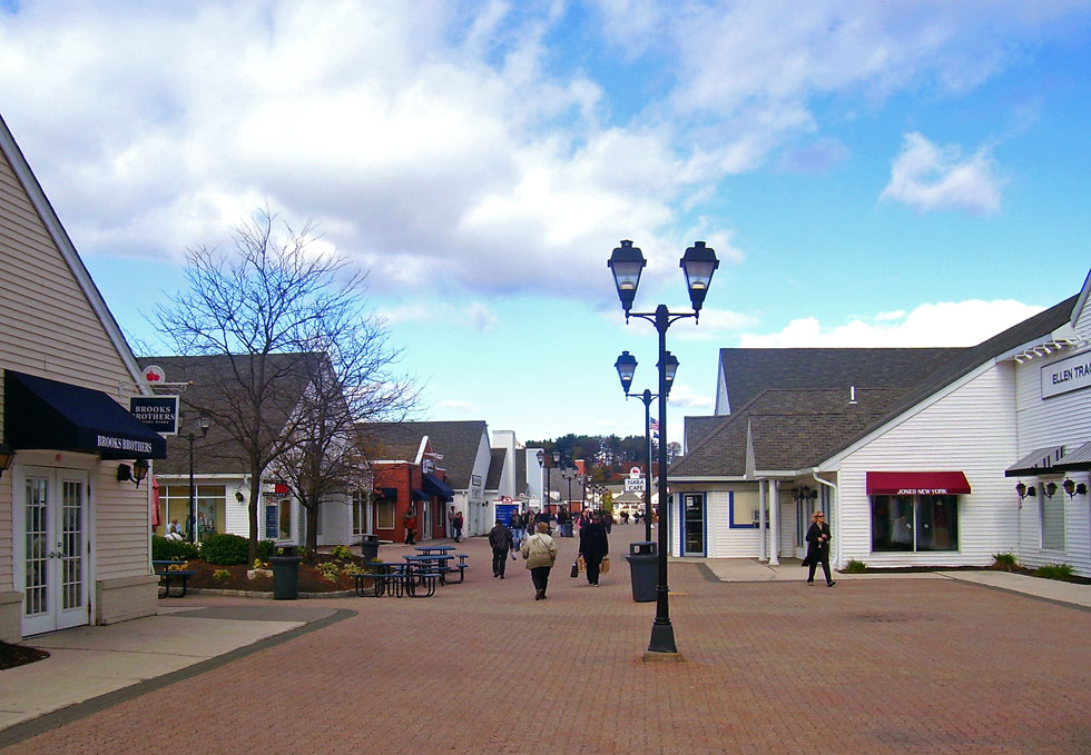 The Woodbury Commons Outlet is the perfect place for people looking for the latest fashion clothing styles, or for families looking for special outlet deals. Also last-minute shoppers that are searching for special gifts have plenty of stores to check out at the mall.