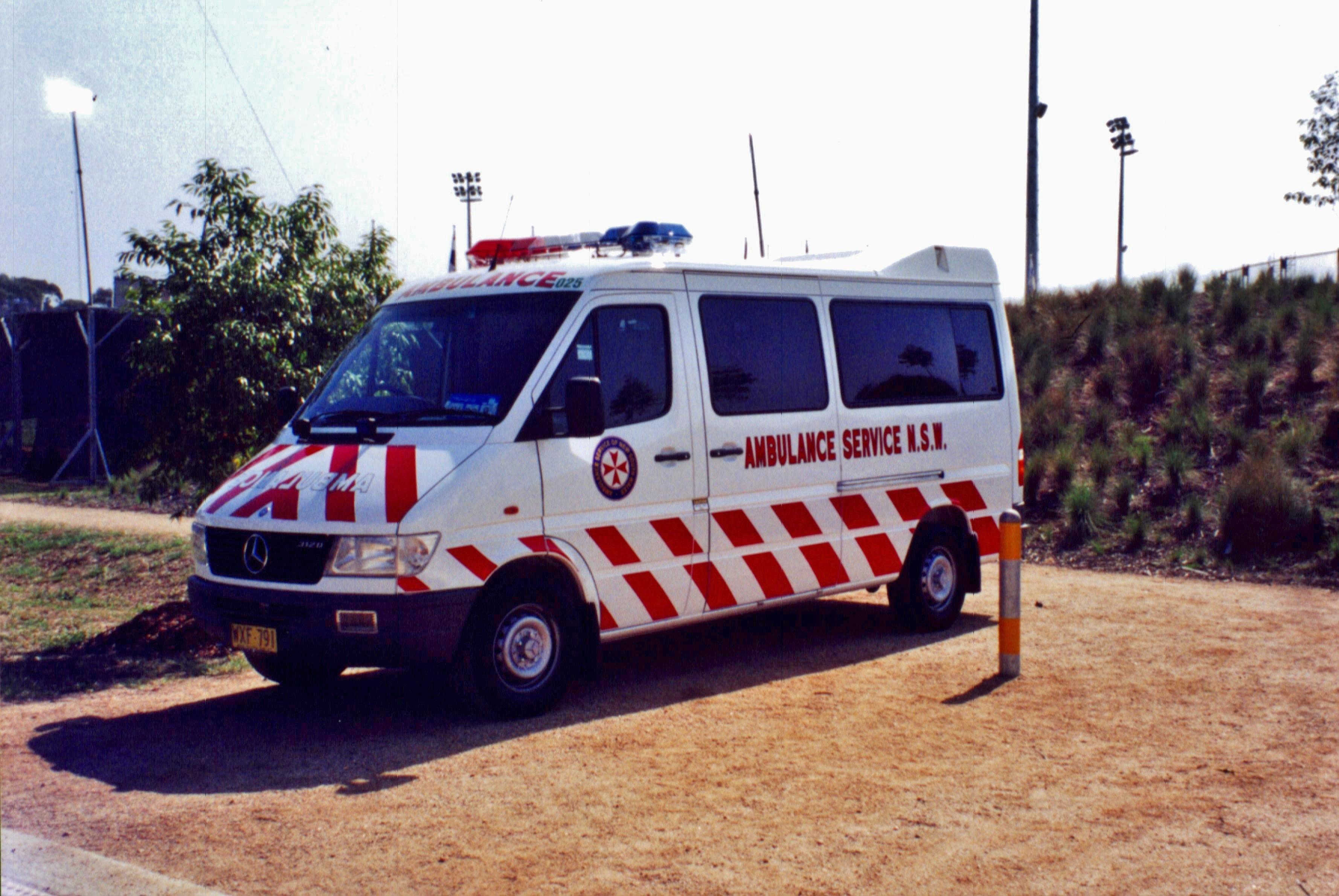 File 2000 mercedes benz sprinter 312d ambulance for Mercedes benz emergency number