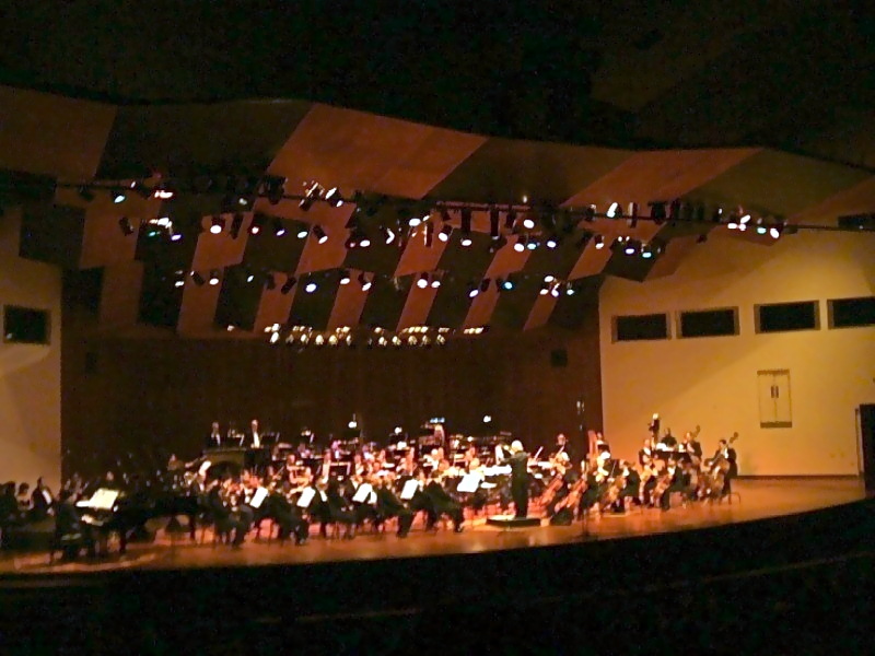 Aldemaro Romero dirigiendo la Orquesta Sinfónica Municipal de Caracas en la celebración del 50 aniversario de Dinner in Caracas.