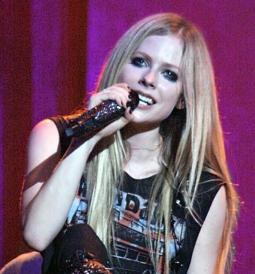 File:Avril Lavigne on piano, Italy (cropped).jpg - Wikimedia Commons