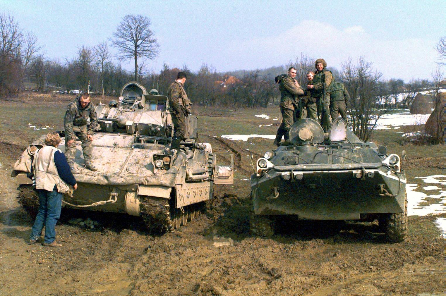 Transporte blindado de personal APC BTR-80_and_Bradley