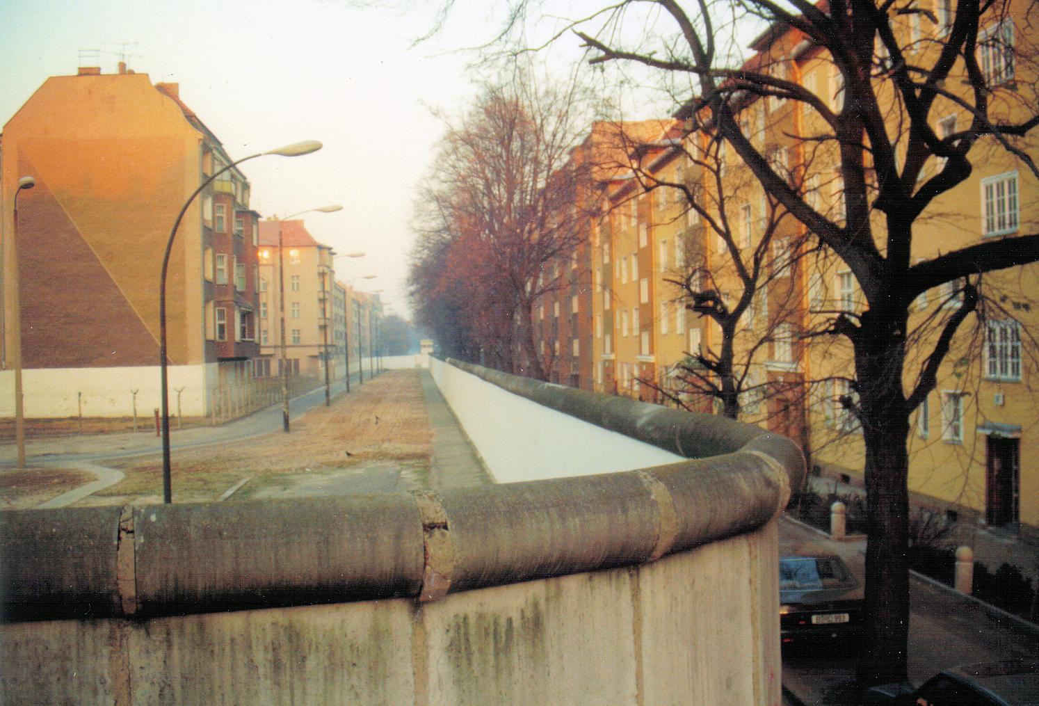 Datei:Bouchéstraße-Harzer Straße - Berliner Mauer, 1989-11-18.png