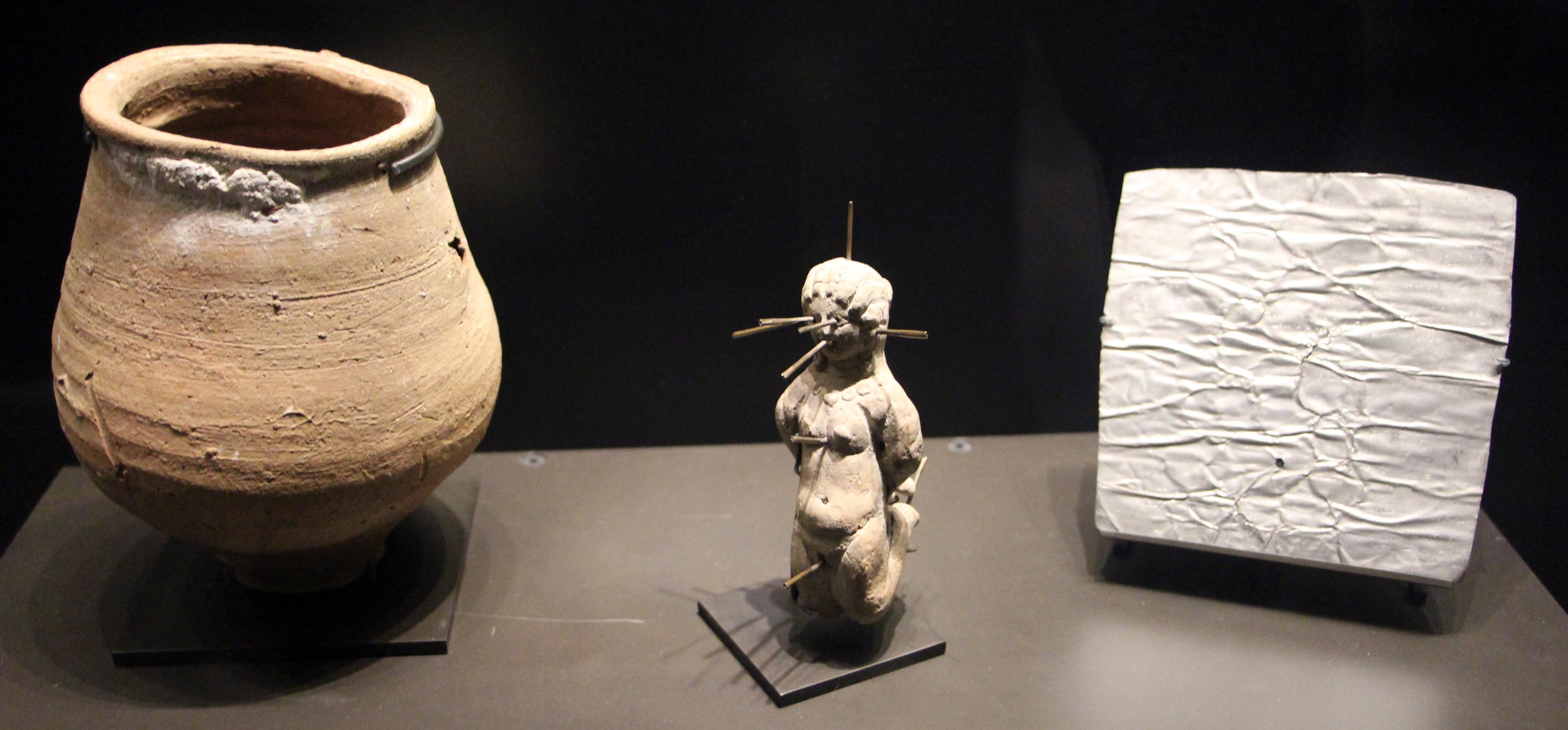 Bestand egitto oggetti magici vaso con tavolette e for Oggetti sacri roma