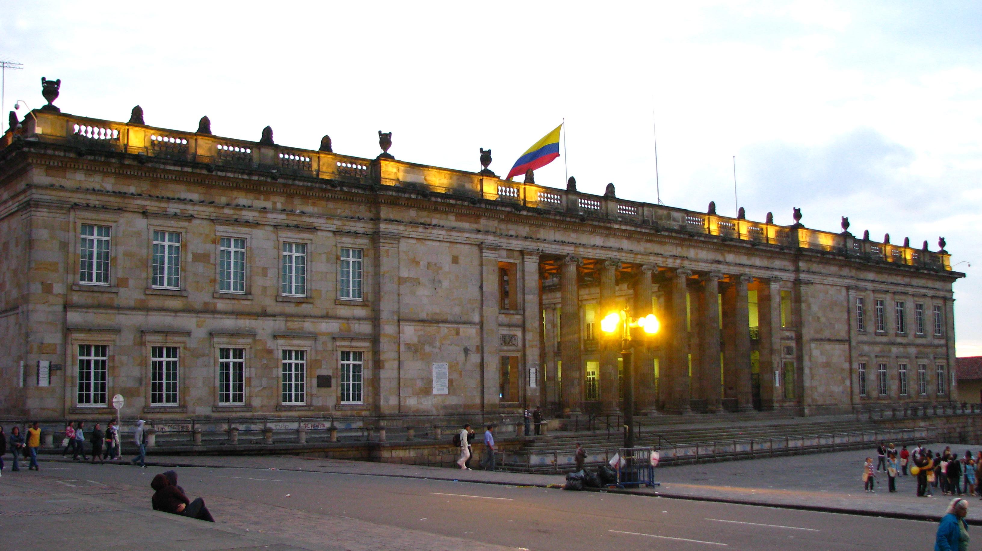 https://upload.wikimedia.org/wikipedia/commons/6/6c/El_Capitolio_Nacional_%28Bogot%C3%A1%2C_Colombia%29_1.jpg