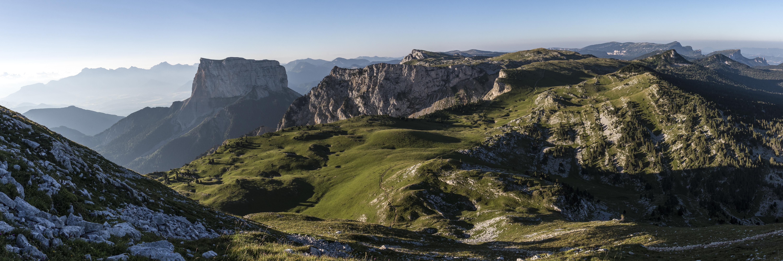 https://upload.wikimedia.org/wikipedia/commons/6/6c/Hauts_plateaux_du_Vercors_et_mont_Aiguille.jpg