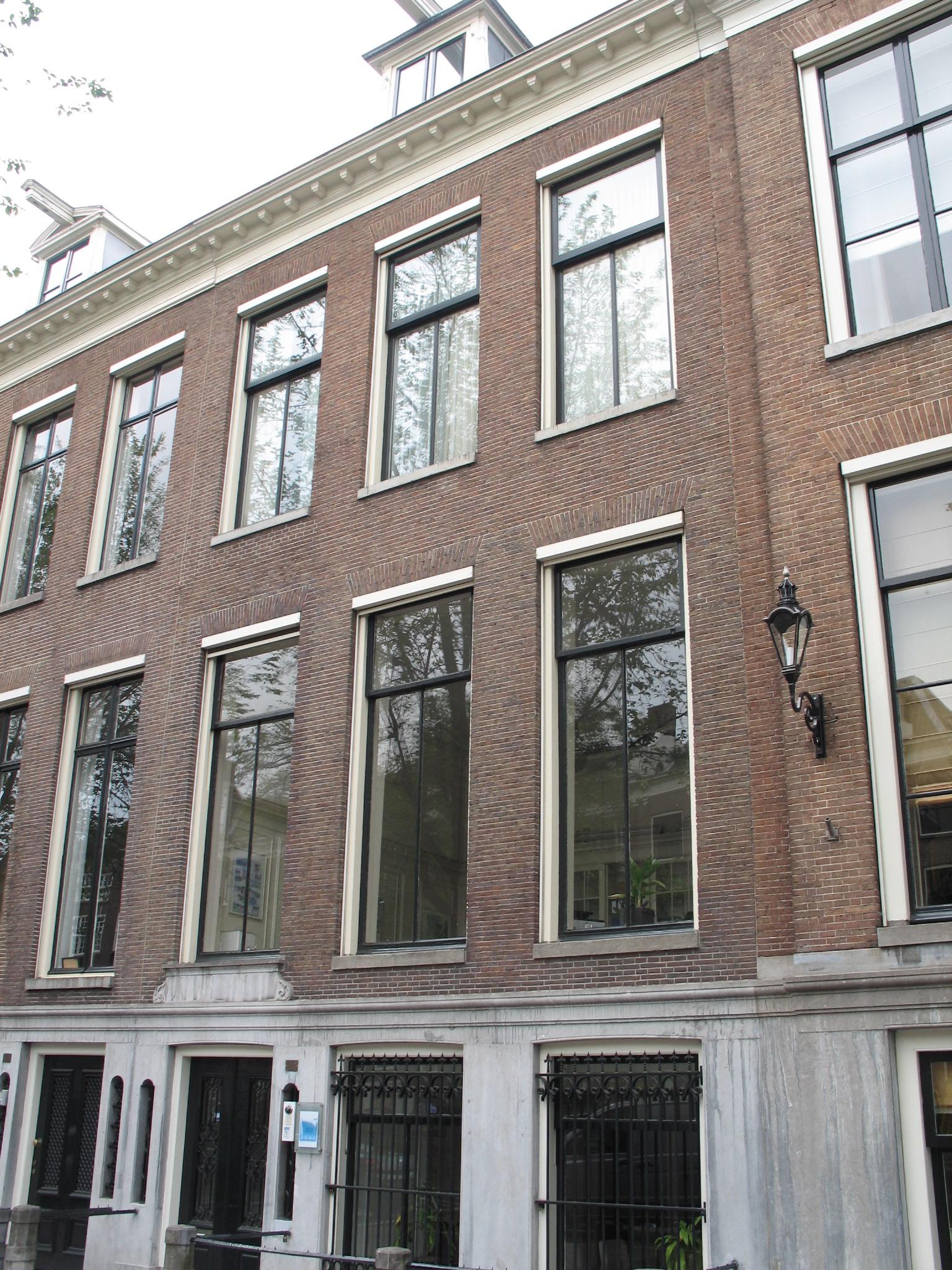 Huis onder rechte lijst met dakkapel in amsterdam for Lijst inrichting huis