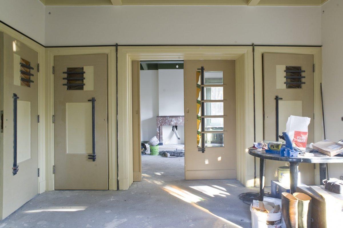 File:Interieur, woonkamer met de tussendeuren, tijdens verbouwing ...