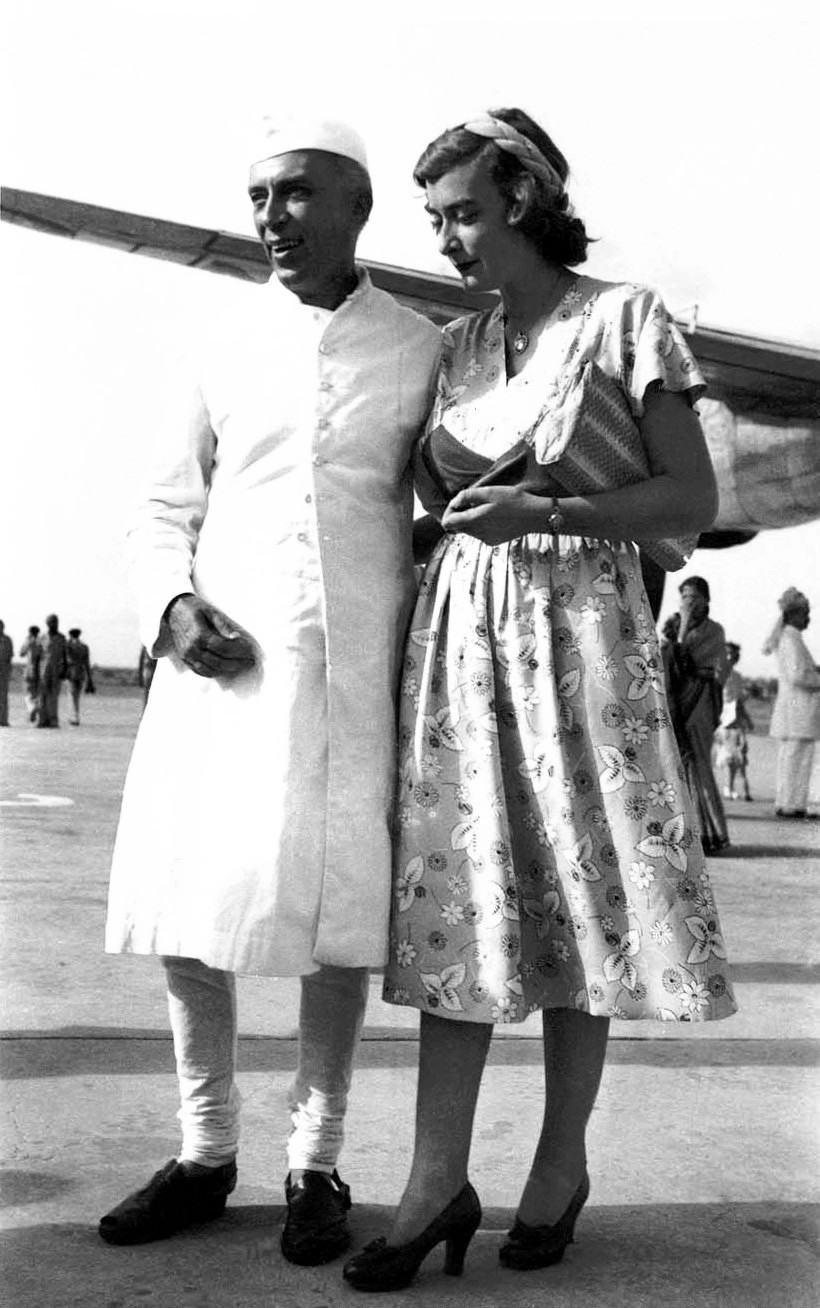 Pamela Mountbatten with [[Jawaharlal Nehru]] as she was about to leave India in June 1948.