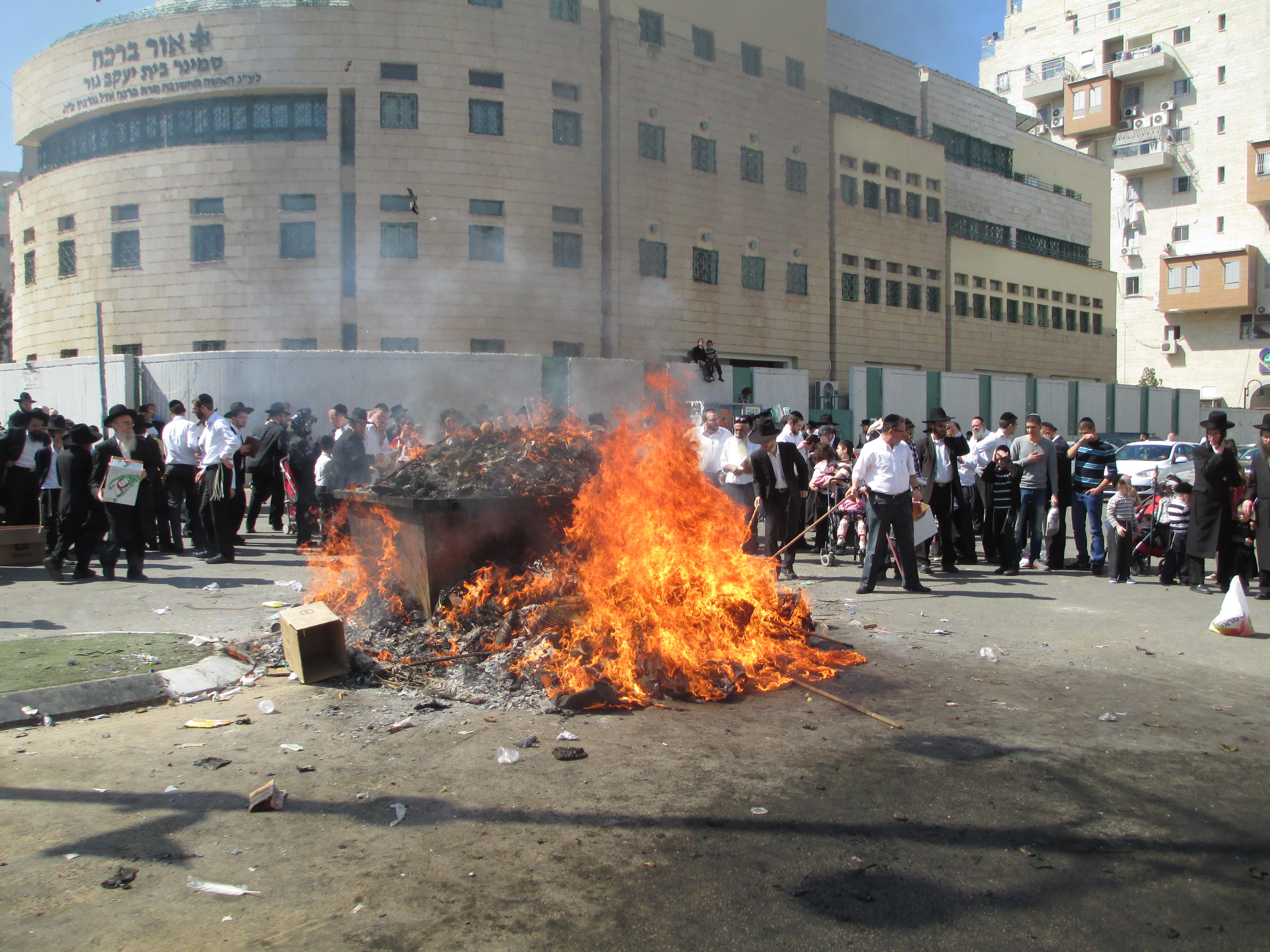 逾越节和犹太人 - 焚烧发酵食物