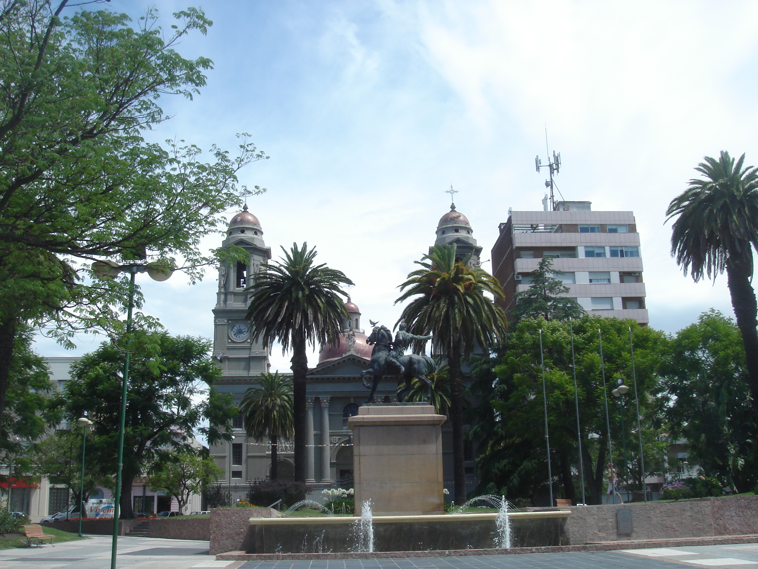File plaza independencia mercedes jpg wikimedia commons for Plaza mercedes benz