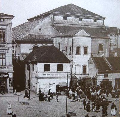 https://upload.wikimedia.org/wikipedia/commons/6/6c/Przemy%C5%9Bl_old_synagogue_crowd.jpg