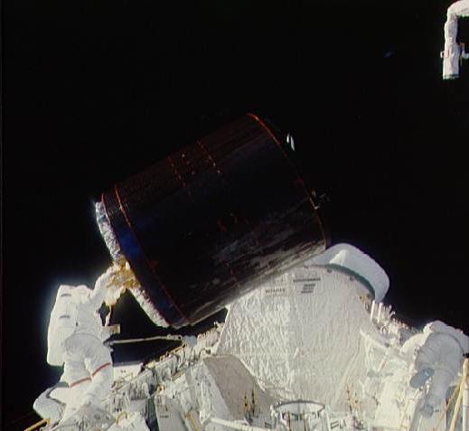 STS-51-A_Palapa_B-2_retrieval.jpg
