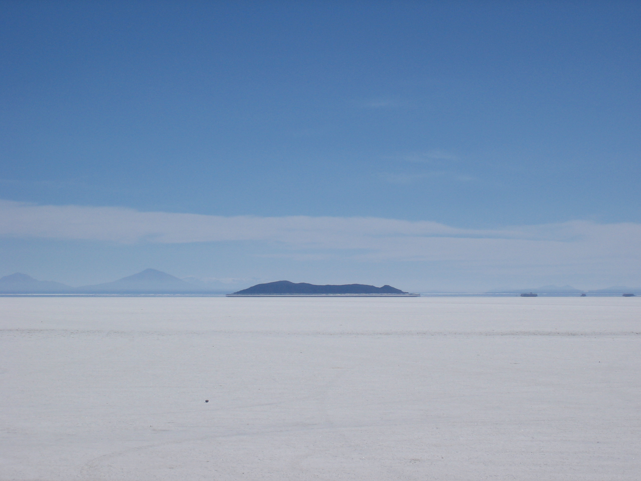 http://upload.wikimedia.org/wikipedia/commons/6/6c/Salar_de_Uyuni_3.jpg