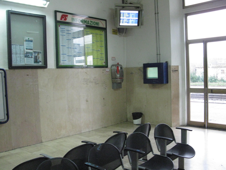In Sala D Attesa.File Stazione Di Incisa Sala D Attesa Jpg Wikimedia Commons