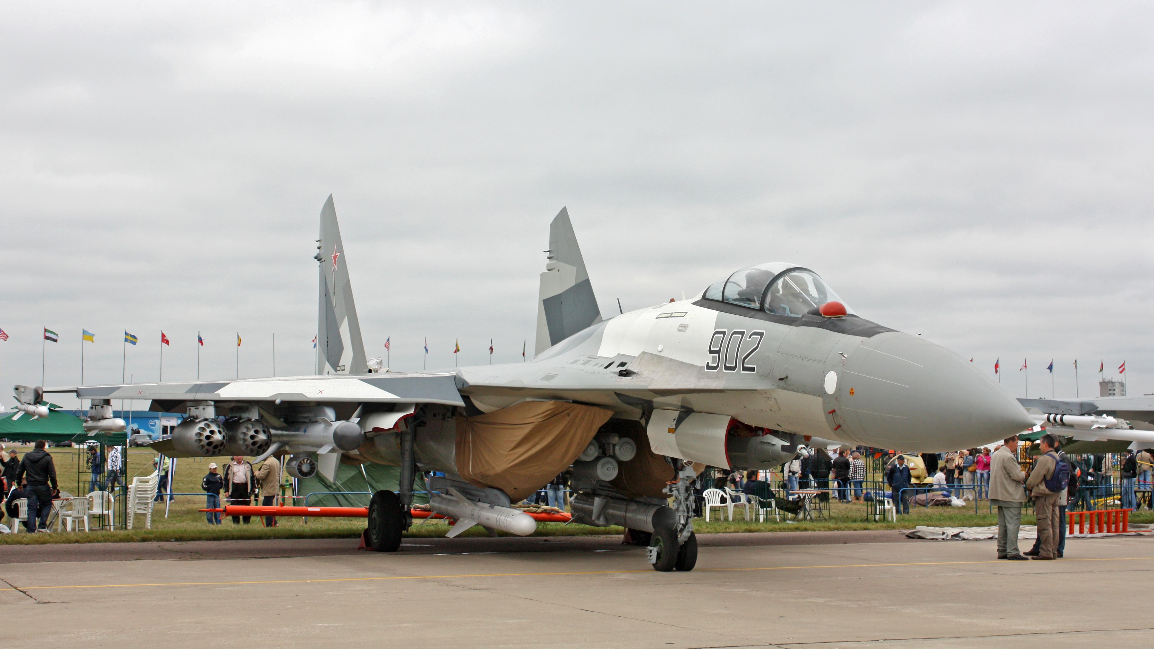 Rinconsito Flankero! - Página 4 Sukhoi_Su-35_on_the_MAKS-2009_(01)