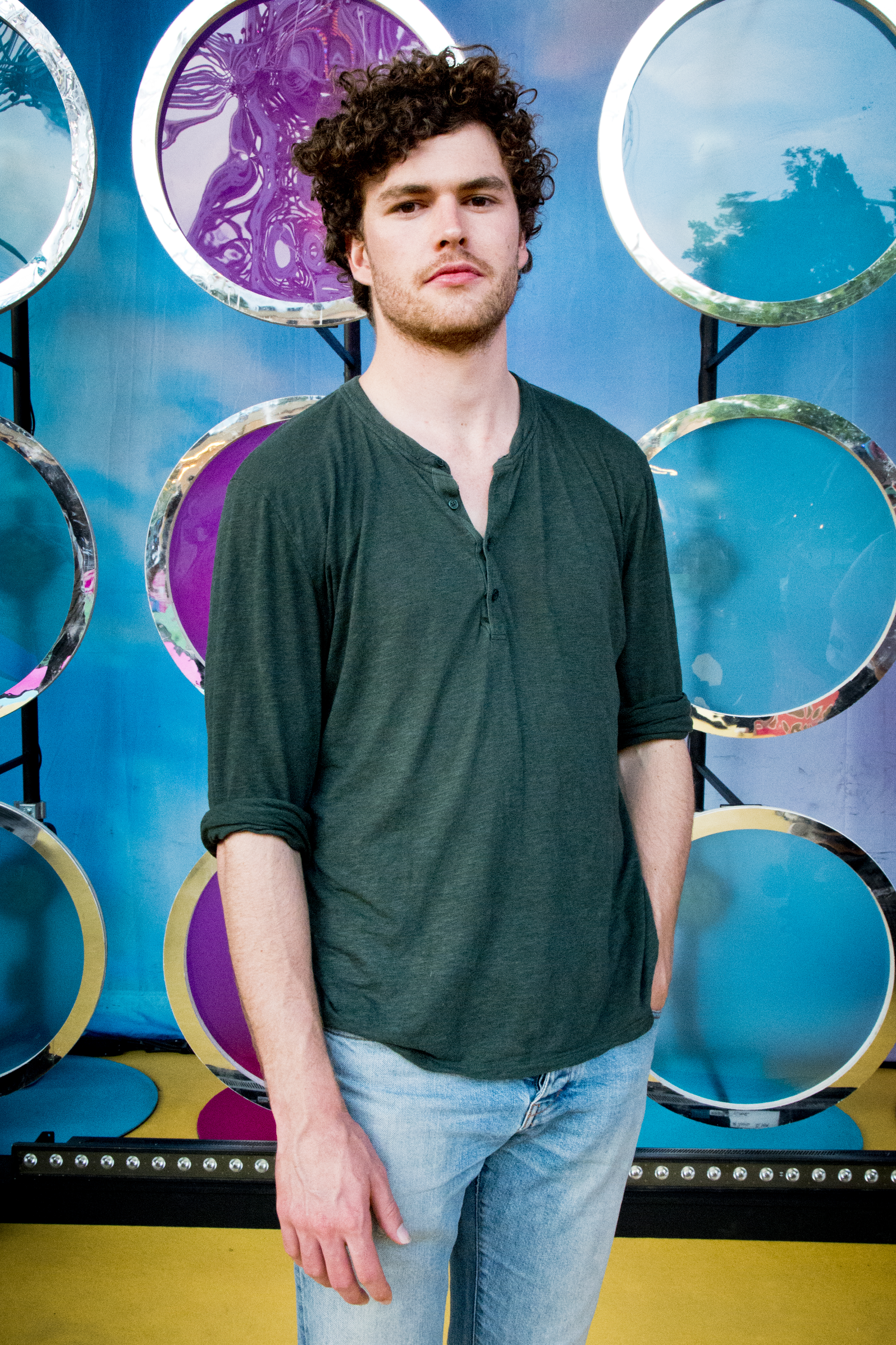 The 29-year old son of father (?) and mother(?), 175 cm tall Vance Joy in 2017 photo